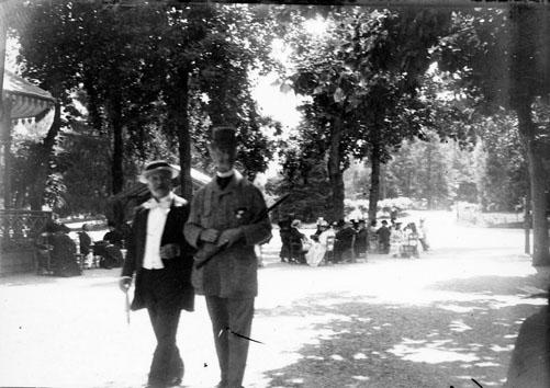 Fonds Trutat - Photographie ancienne  Cote: TRU C 2 Localisation: Fonds ancien Original non communicable  Titre: M.M. Russel et de Lassus, Luchon, le 28 août 1895  Auteur: Trutat, Eugène Rôle de l'auteur: Photographe  Lieu de création: Bagnères-de-Luchon (Haute-Garonne) Date de création:: 1895  Mesures: 9 x 7 cm  Mot(s)-clé(s):  -- Jardin public -- Promenade -- Kiosque -- Homme -- Bourgeoisie -- Chapeau -- Arbre -- Costume masculin -- Parc (public) -- Russel -- Lassus , de  -- Bagnères-de-Luchon (Haute-Garonne) -- Pique (France; vallée) -- Pyrénées (France)  -- 19e siècle, 4e quart  Médium: Photographies -- Négatifs sur plaque de verre -- Noir et blanc -- Portraits   Bibliothèque de Toulouse. Domaine public