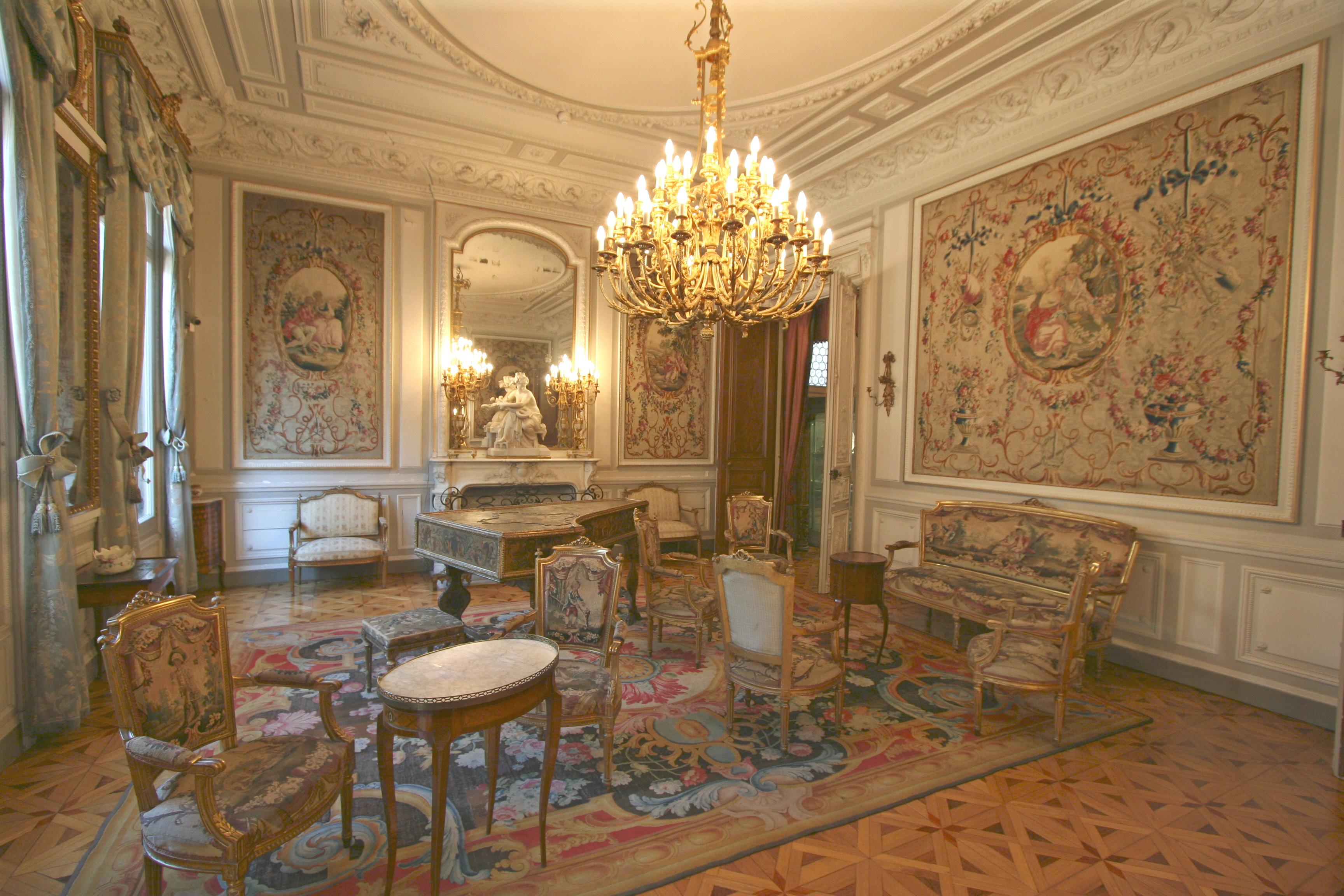 File salon de musique grobet labadi jpg wikimedia commons for Salle a manger yannick one cap
