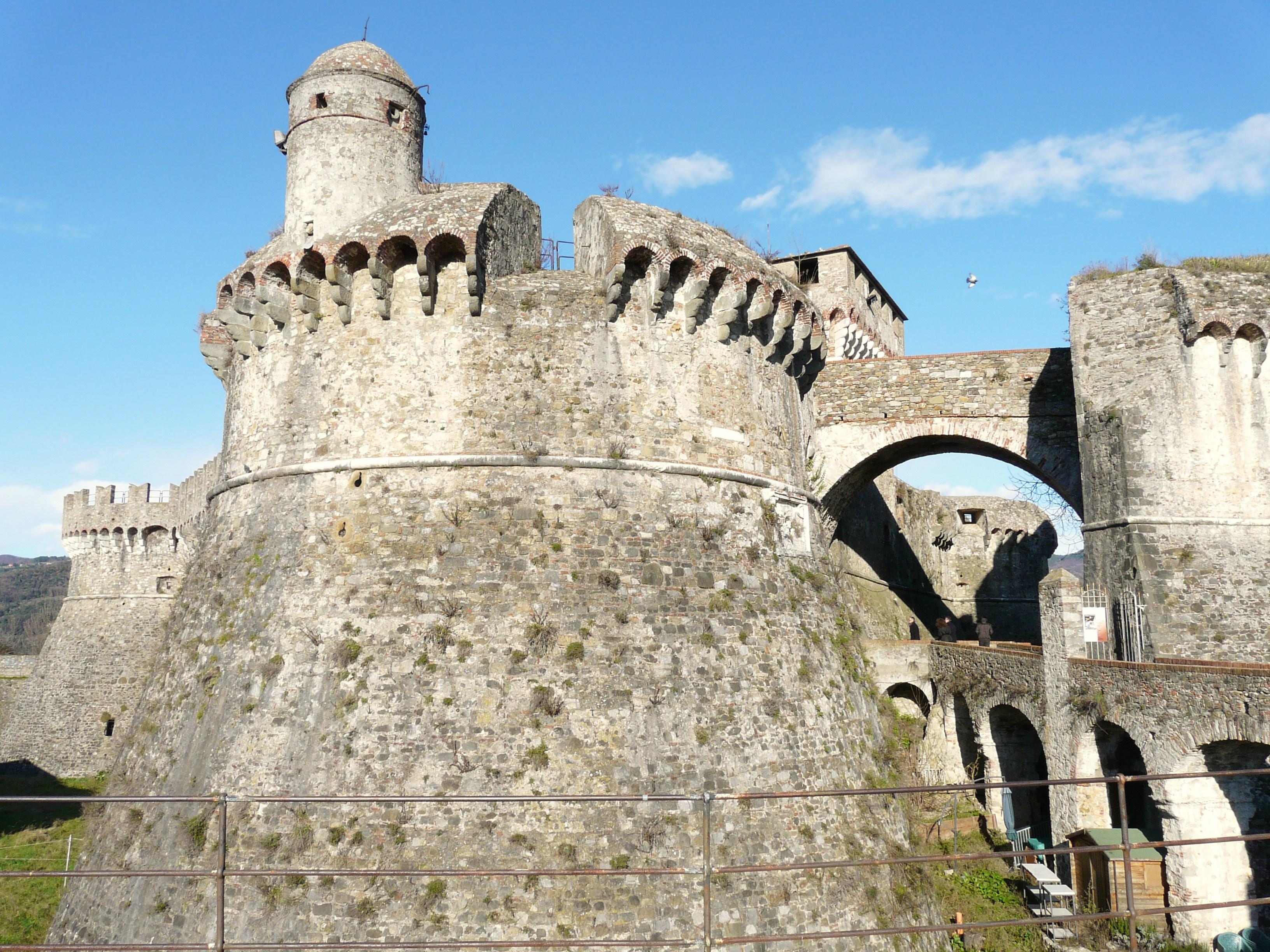 File:Sarzana-fortezza di sarzanello4.jpg - Wikimedia Commons