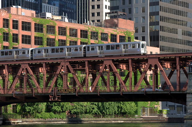 Train on the Lake Street Bridge, crossing the Chicago River. Image by user Smithfl, licensed by CC BY-SA 3.0