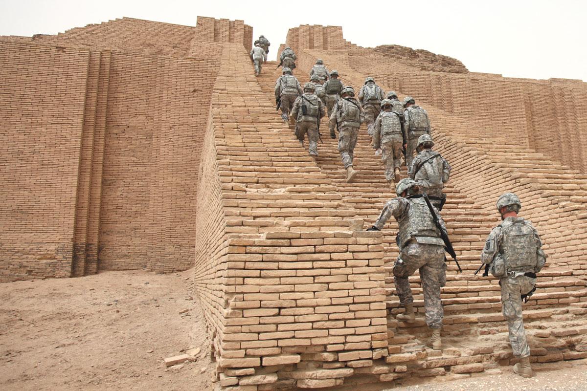 US_Soldiers_climbing_the_Ziggurat_of_Ur.