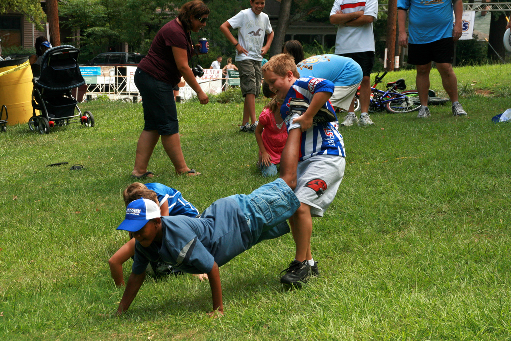 wheelbarrow race - Wiktionary