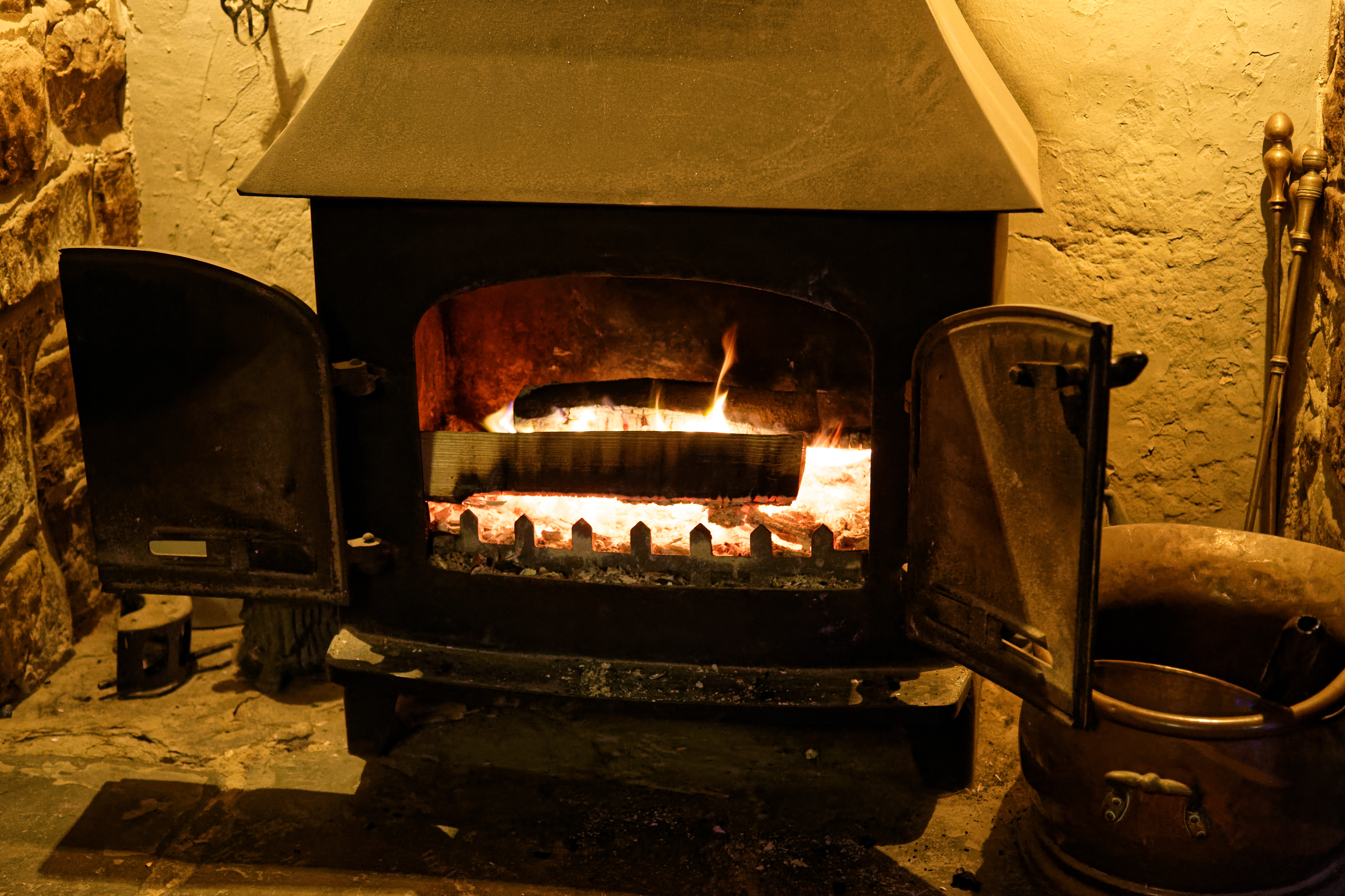 Wood-burning_stove_at_The_Black_Horse_Inn%2C_Nuthurst%2C_West_Sussex
