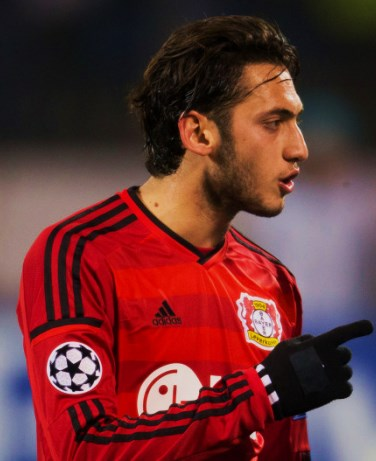 The 23-year old son of father Huseyin Çalhanoğlu and mother(?), 178 cm tall Hakan Çalhanoğlu in 2017 photo