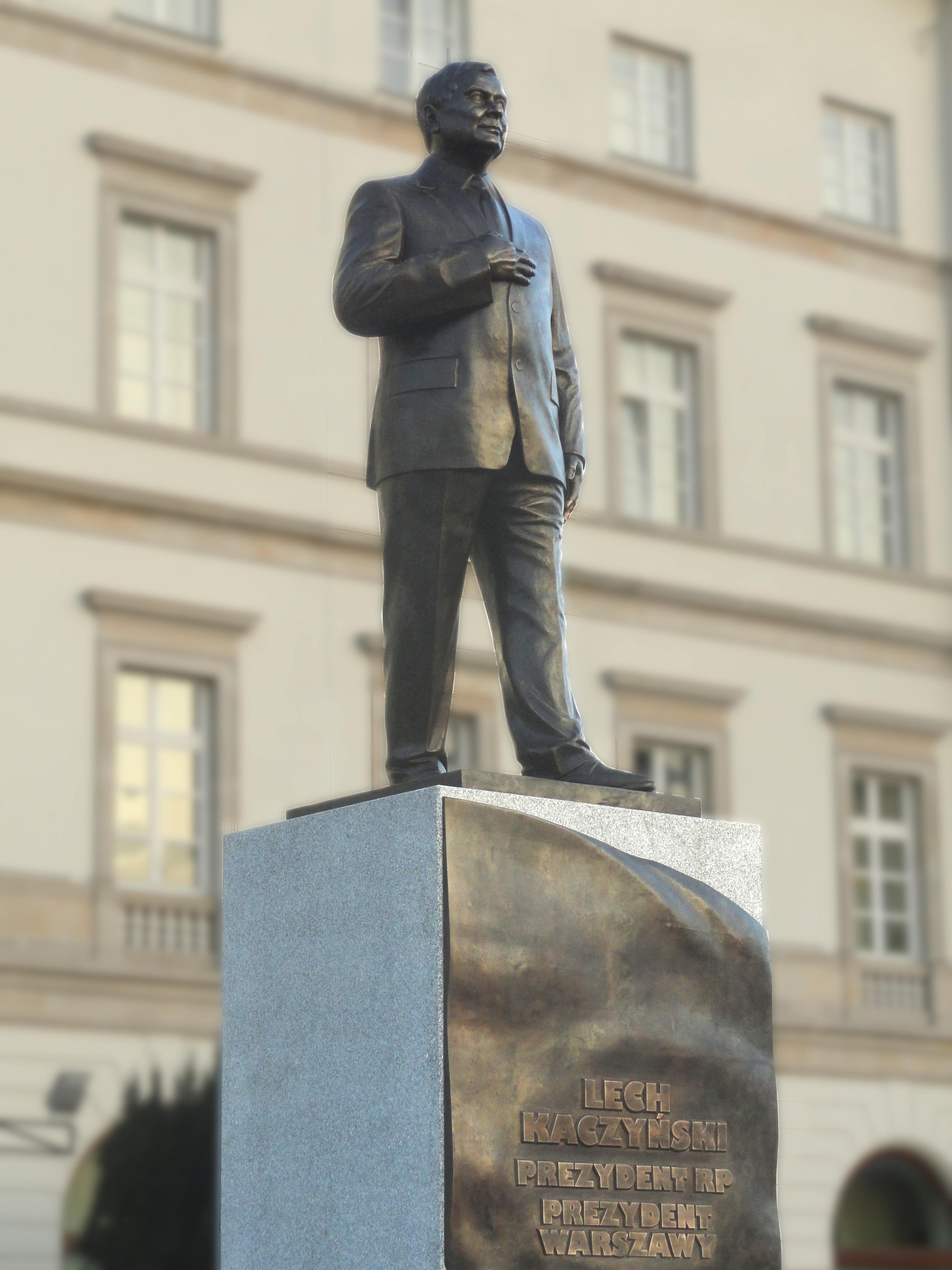 07-11-2018 Warszawa prace końcowe nad pomnikiem Lecha Kaczyńskiego, 6 (retouched)