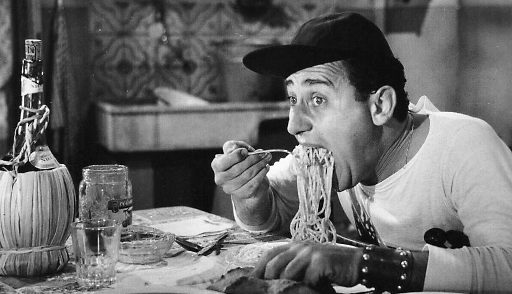 Risultati immagini per alberto sordi spaghetti mangiare