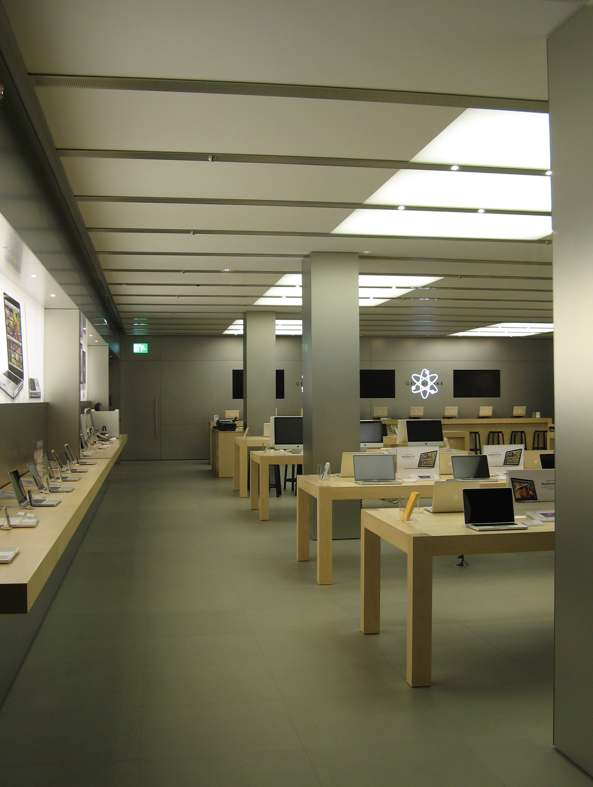 File apple store bath left wikimedia commons for Bathroom warehouse
