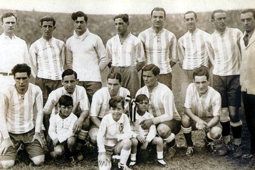 L'équipe d'Argentine championne d'Amérique du Sud 1929. Debout: J. Evaristo, Bossio, Tarrío, Zumelzú, Paternoster et Orlandini ; Accroupis: Peucelle, Rivarola, Ferreira, Seoane et M. Evaristo.