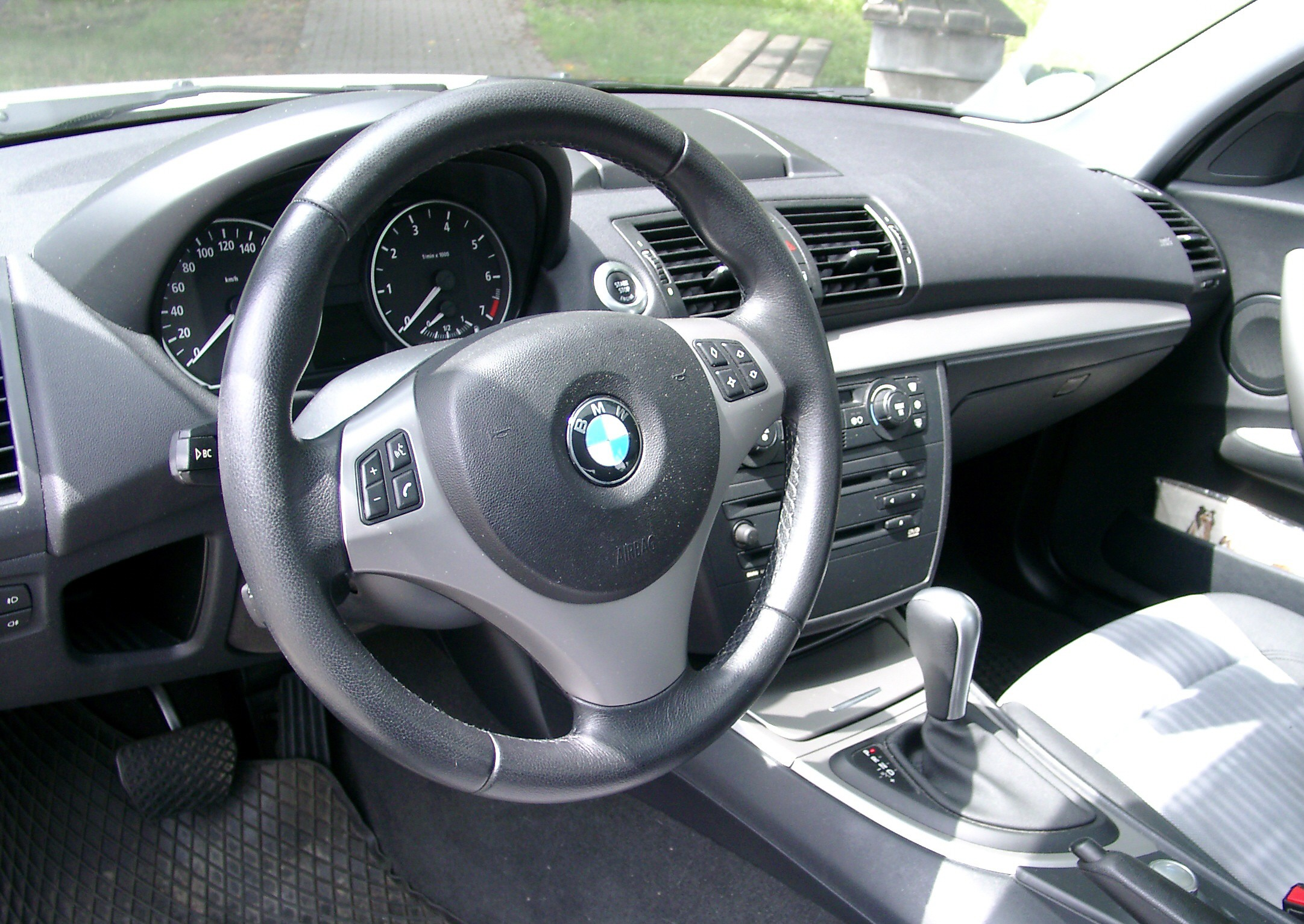 file bmw e81 dashboard wikimedia commons. Black Bedroom Furniture Sets. Home Design Ideas
