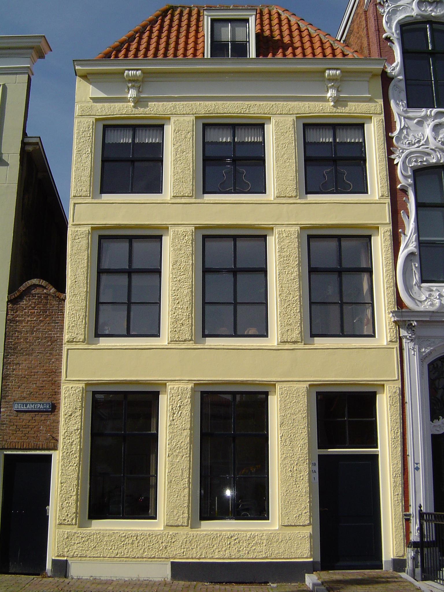 Huis met lijstgevel schilddak met dakkapel fries van de for Lijst inrichting huis