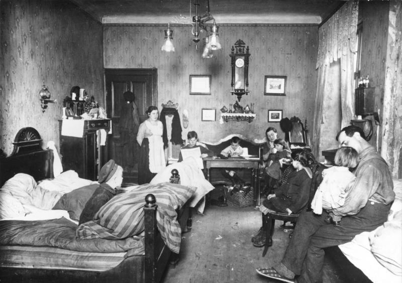 Une habitation : 1 chambre, 1 cuisine, 11 personnes. A Berlin en 1919.