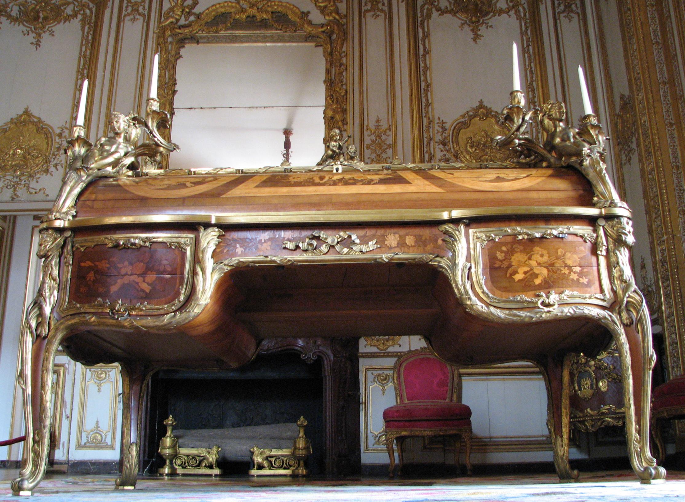 File:bureau du roi vu de face et du bas image redressée.jpg