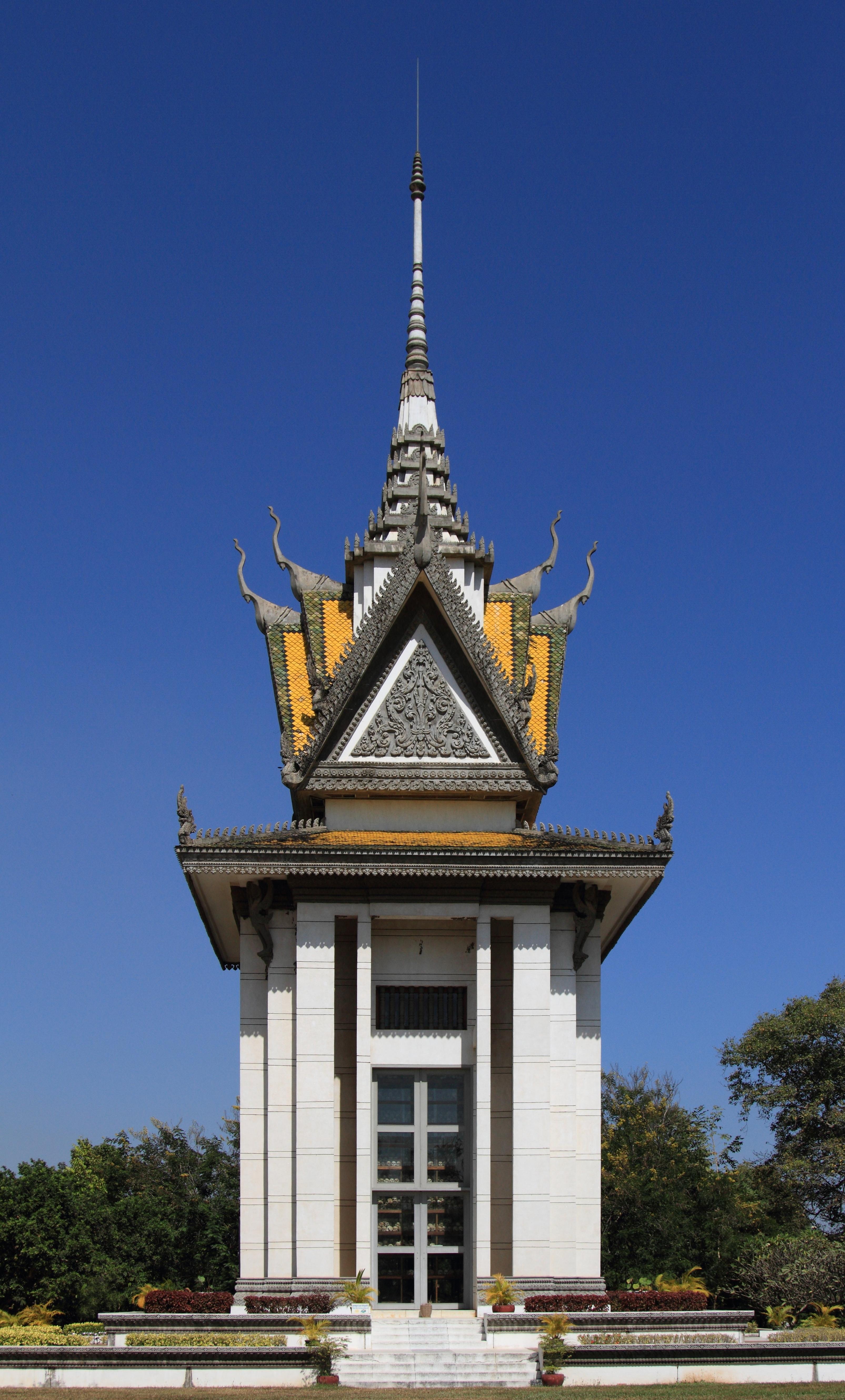 File:Choeung Ek, Memorial Stupa (4406142754).jpg