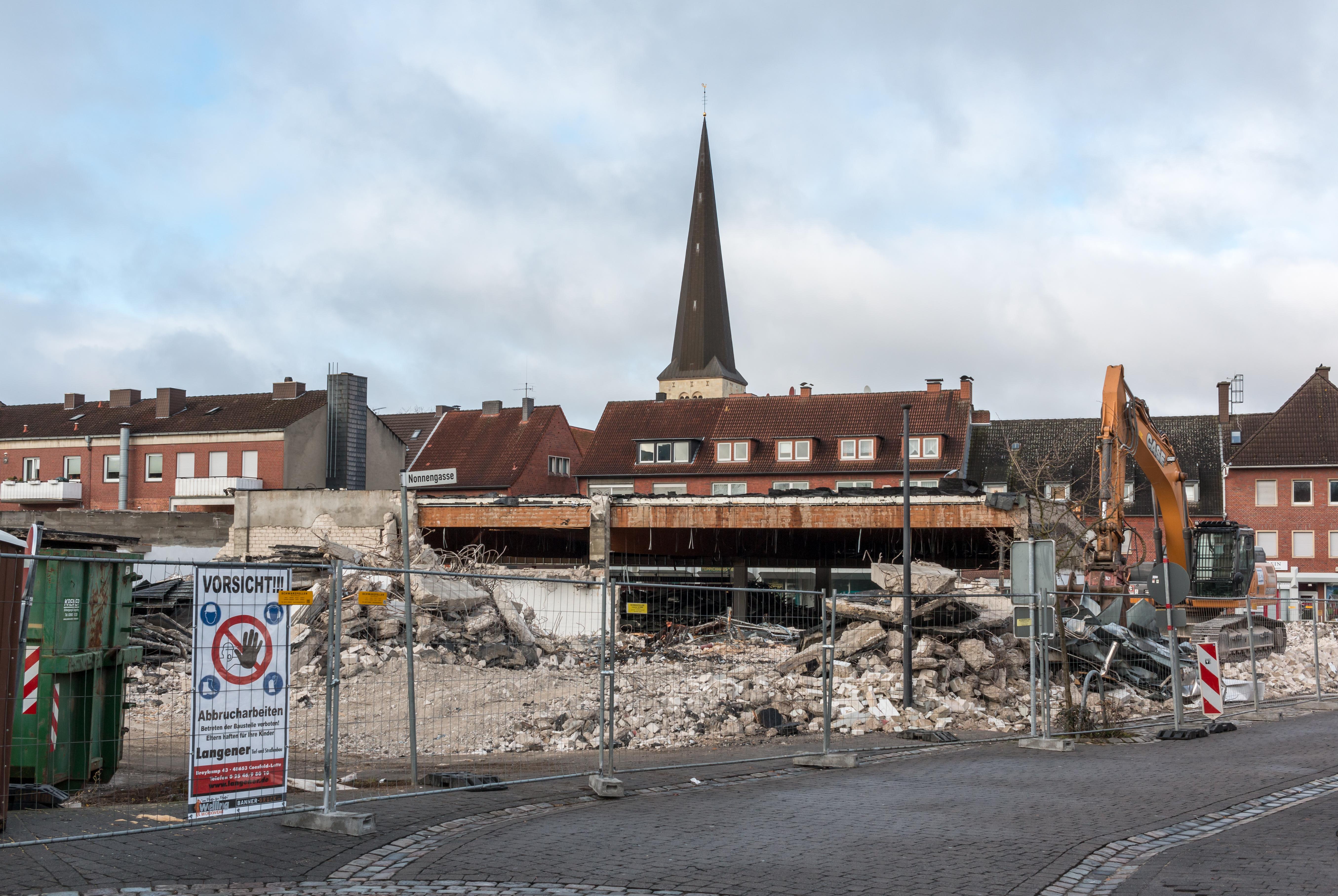 File:Dülmen, Abbrucharbeiten ehem. KiK-Gebäude -- 2016 -- 1413