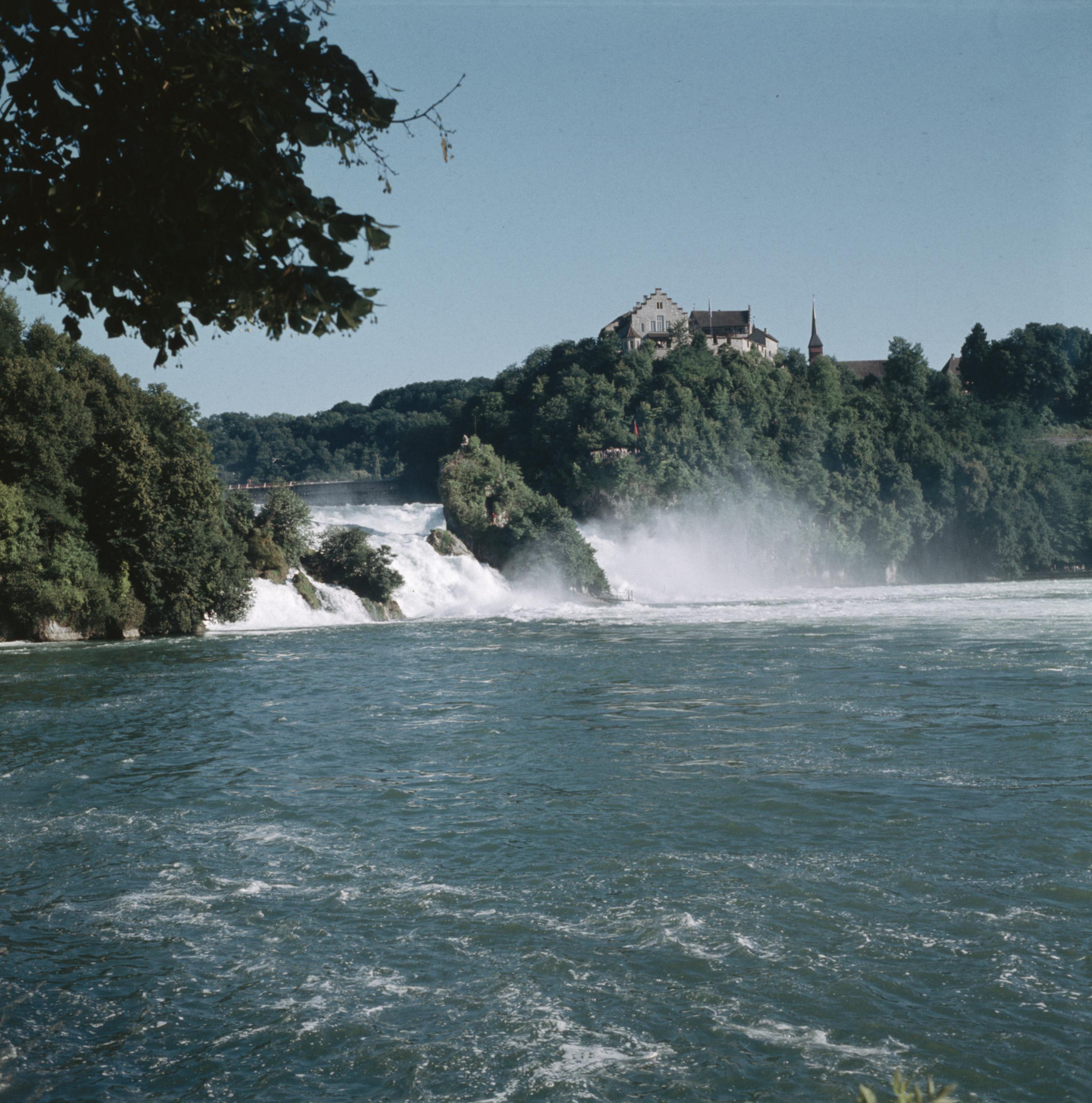De Watervallen Van Schaffhausen.File De Waterval Bij Schaffhausen Met Rechts Schloss Laufen