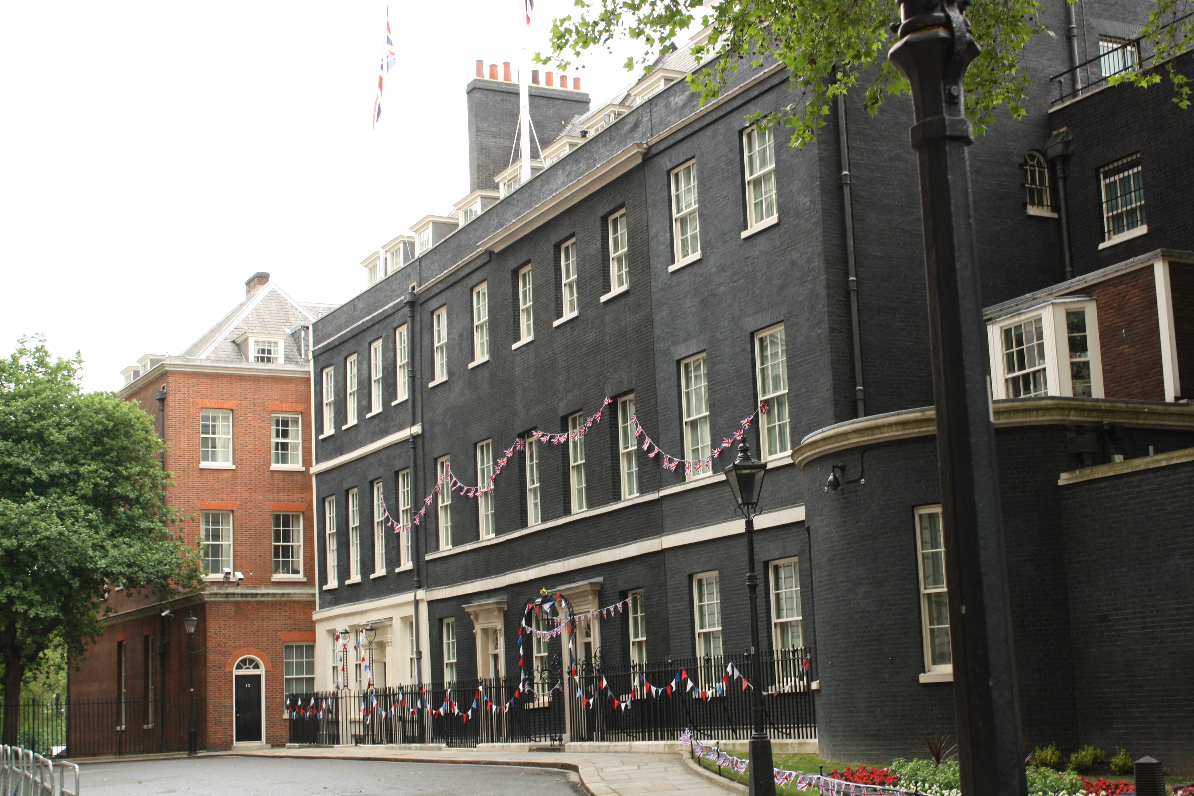 file downing street from treasury green 2 jpg wikimedia. Black Bedroom Furniture Sets. Home Design Ideas