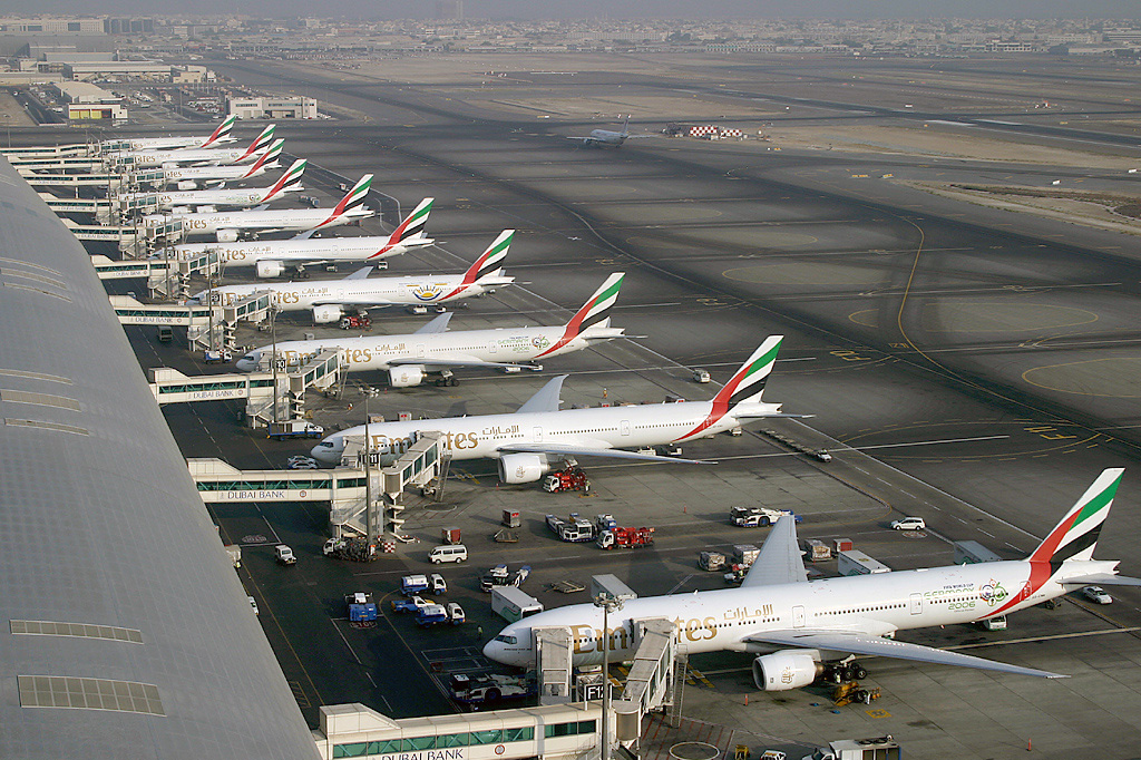 https://upload.wikimedia.org/wikipedia/commons/9/98/Emirates_Boeing_777_fleet_at_Dubai_International_Airport_Wedelstaedt.jpg
