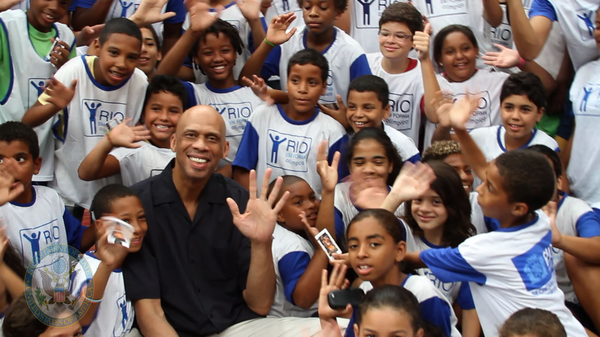 https://upload.wikimedia.org/wikipedia/commons/9/98/Global_Cultural_Ambassador_Kareem_Abdul-Jabbar_Poses_for_a_Photo_With_Young_Brazilians_(6767471823).jpg