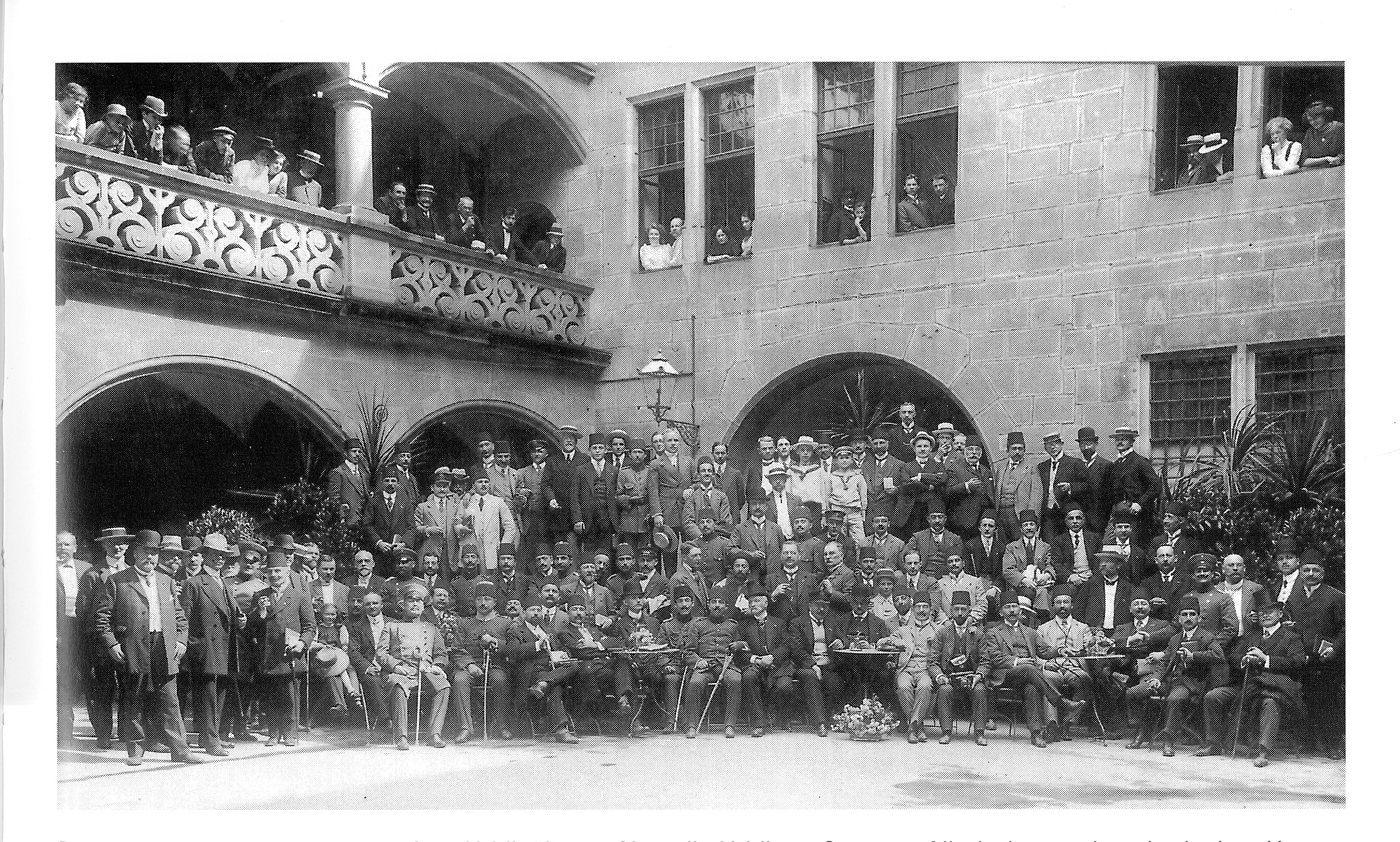 http://upload.wikimedia.org/wikipedia/commons/9/98/Heilbronn%2C_Altes_Rathaus%2C_Rathaus-Innenhof_mit_dem_Vertrauten_der_Jungtürken_Ernst_Jäckh_und_türkischer_Studienkommission_in_Heilbronn%2C_am_8._Juli_1911.jpg