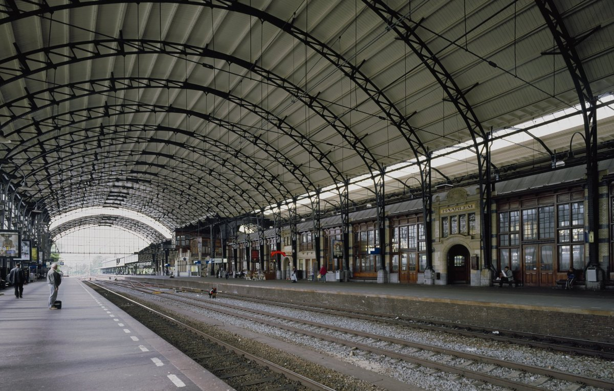 file interieur overzicht perrons met spoorbanen haarlem