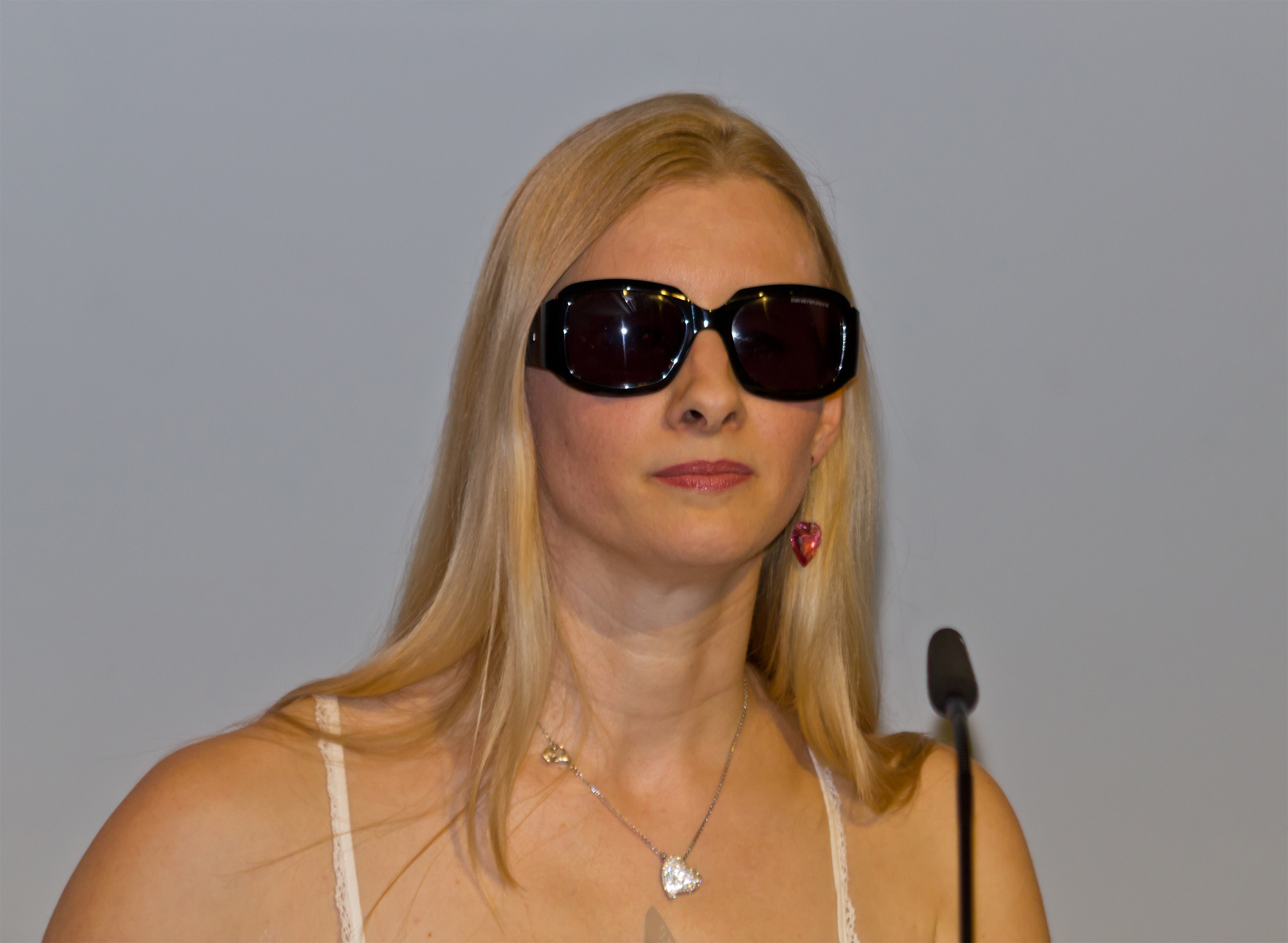The 35-year old daughter of father (?) and mother(?) Joana Zimmer in 2018 photo. Joana Zimmer earned a  million dollar salary - leaving the net worth at 3 million in 2018