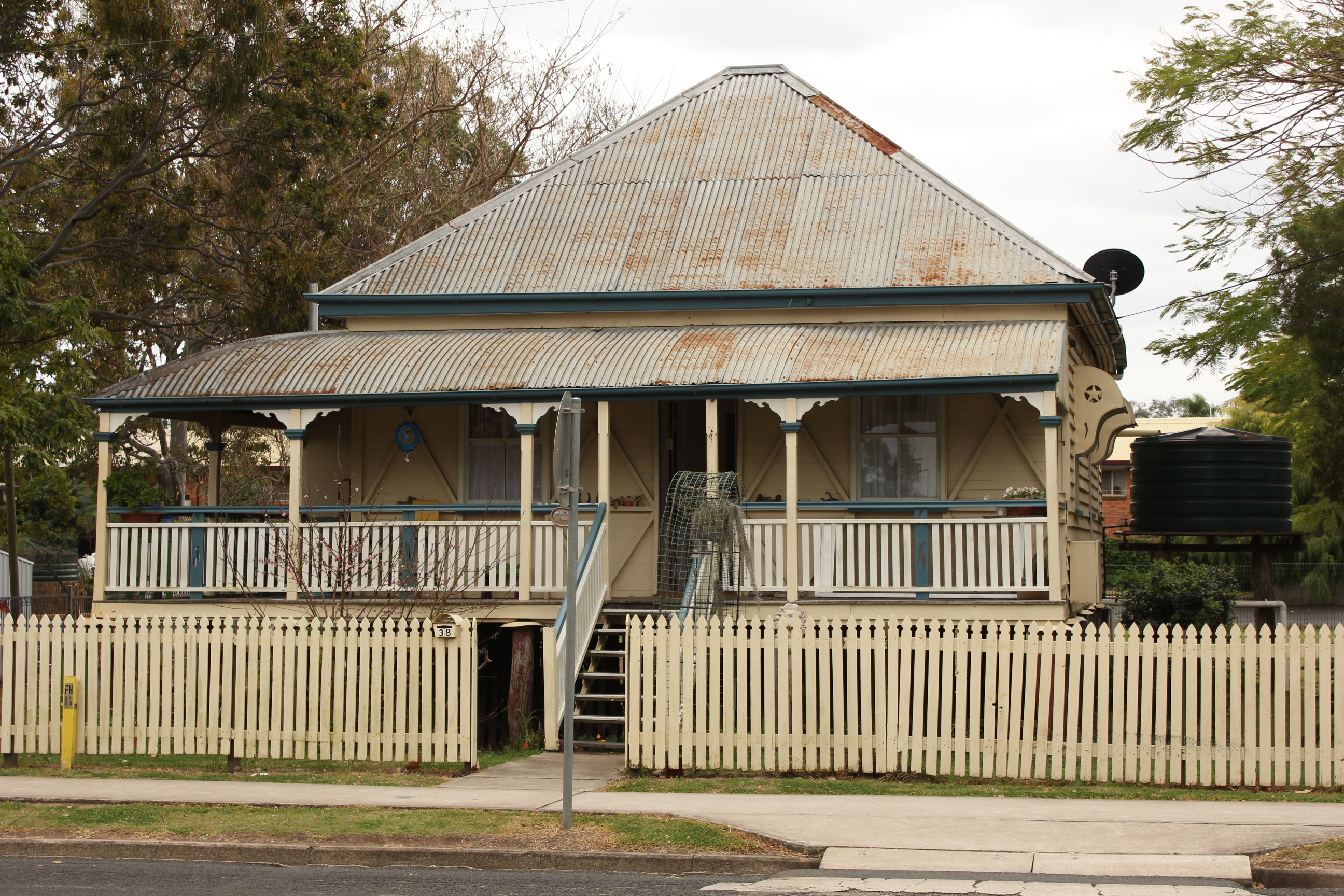 File laidley queenslander wikimedia commons for Classic home designs australia