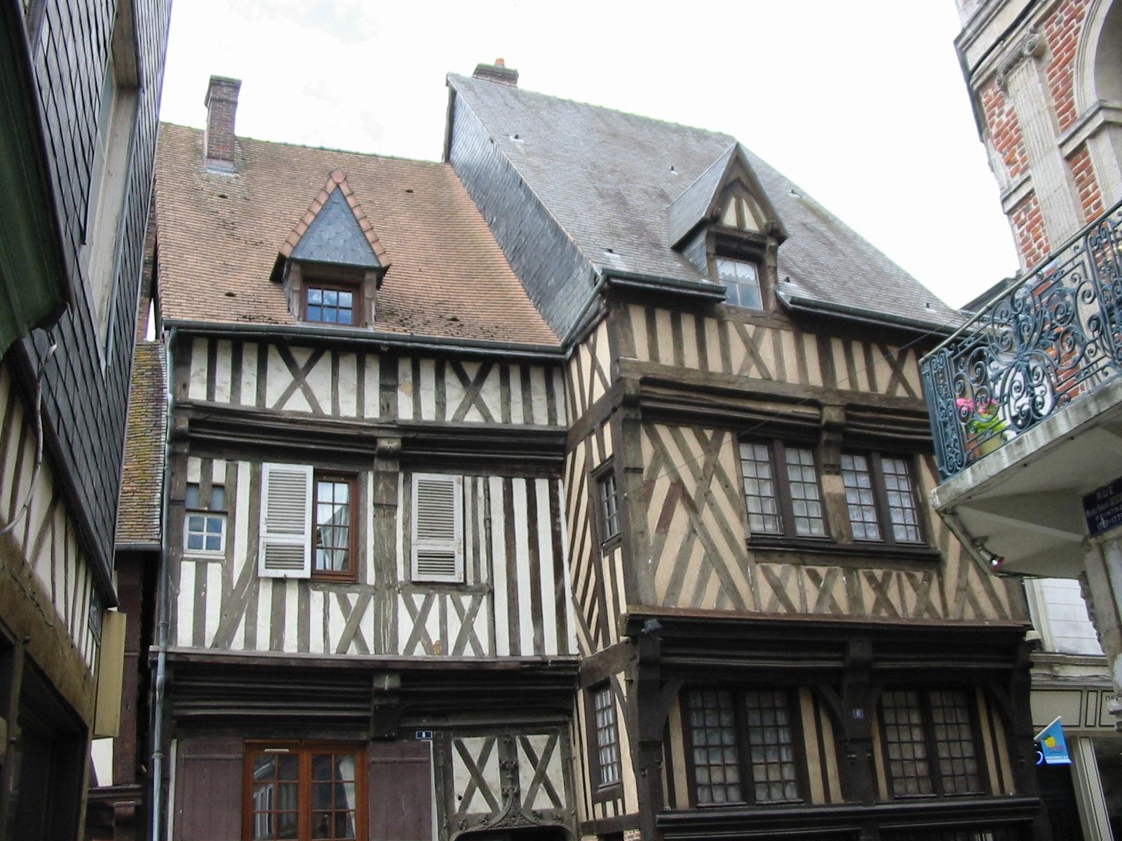 File maison colombages bernay eure jpg wikimedia for Photo de la maison classique de francis