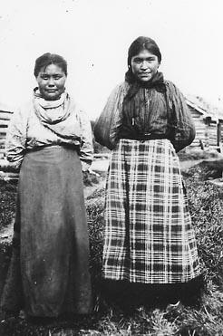 File:Slavey girls Mackenzie River Northwest Territories - NA-1463-23.jpg