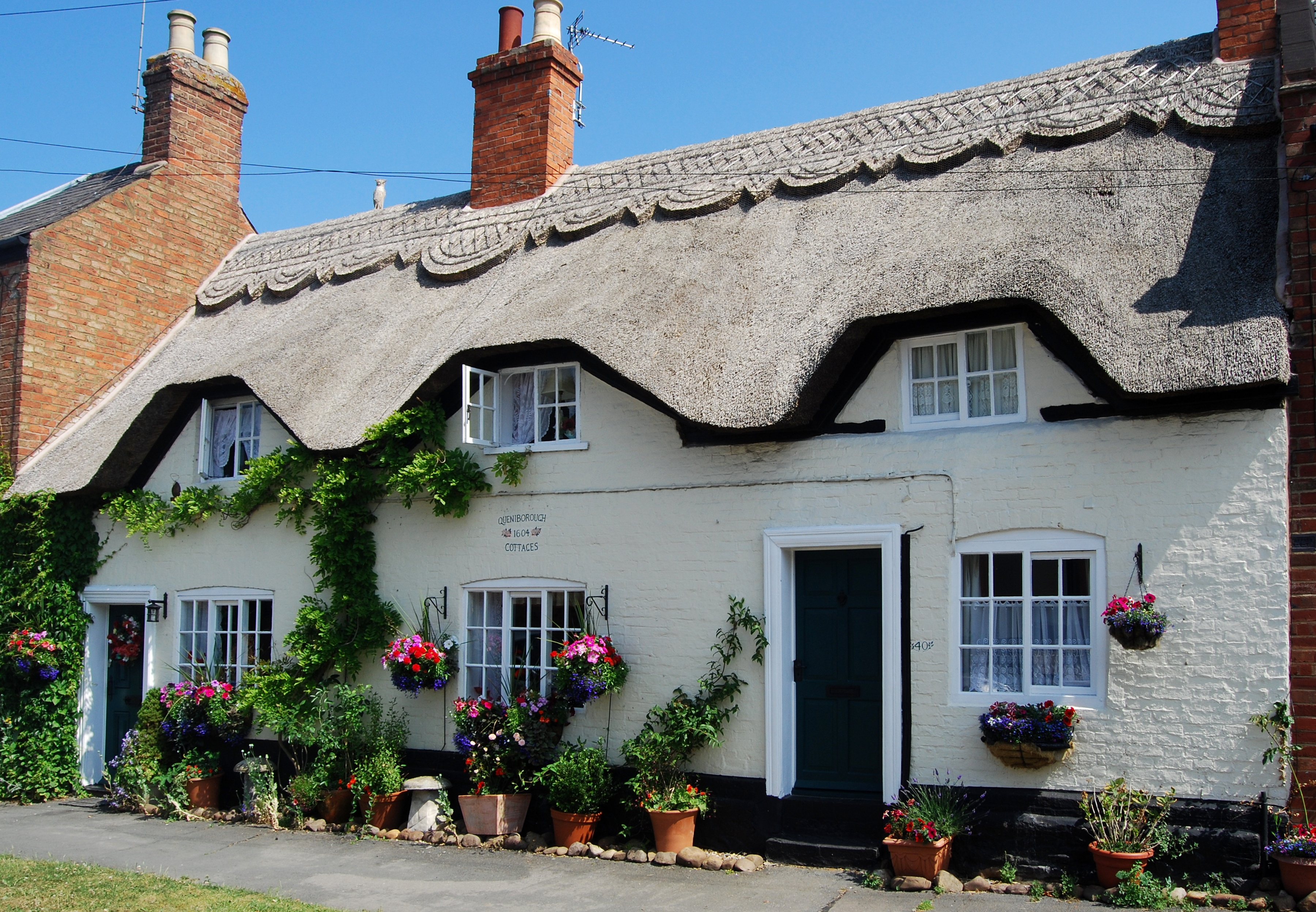 File thatched cottage queniborough leicester jpg wikimedia commons - The thatched cottage ...