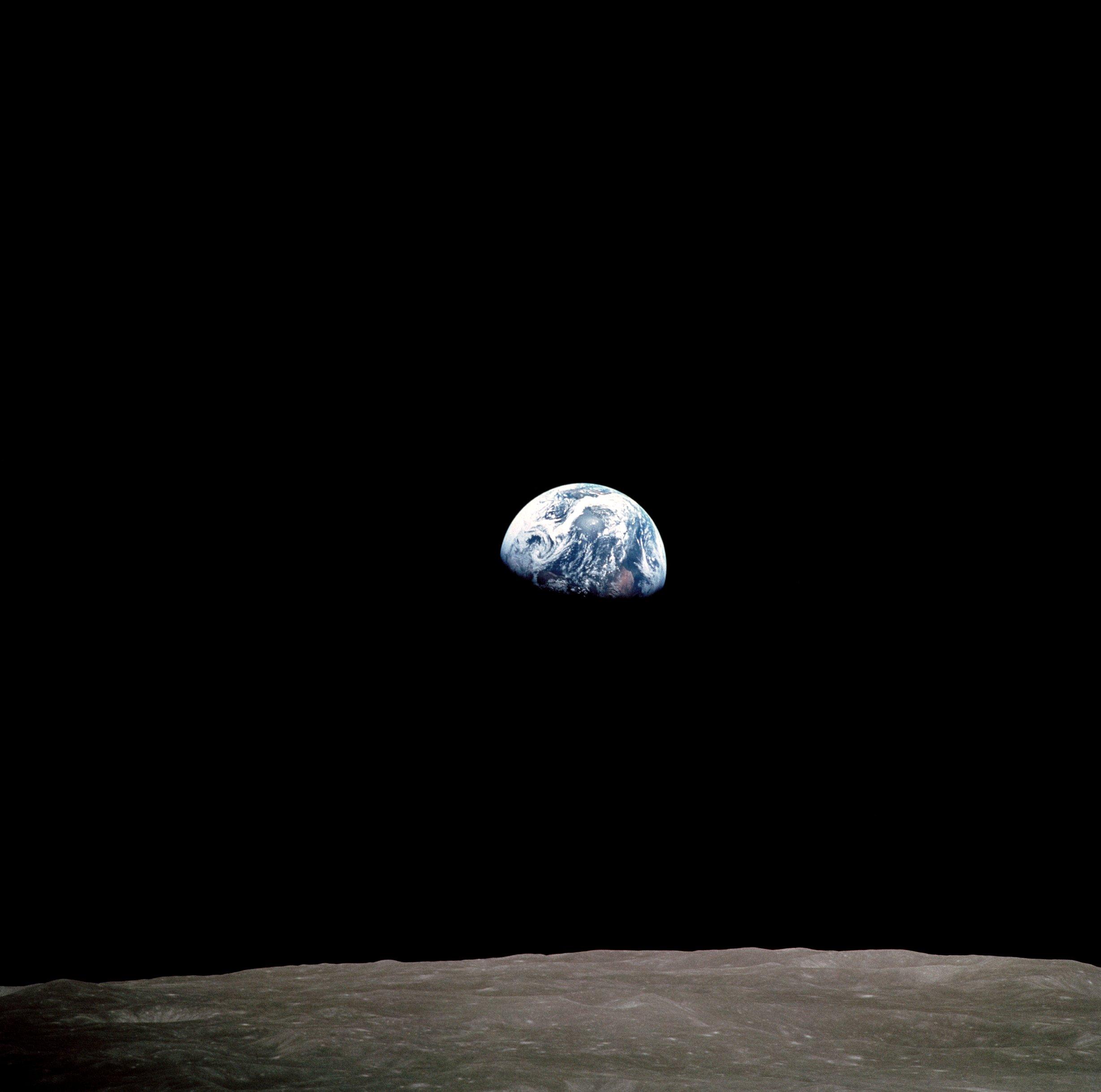 La famosa imagen de la Tierra tomada desde la Luna por los astronautas del Apollo 8. La foto no prueba que la Tierra es redonda, prueba que es posible ir al espacio a comprobarlo. Crédito: NASA