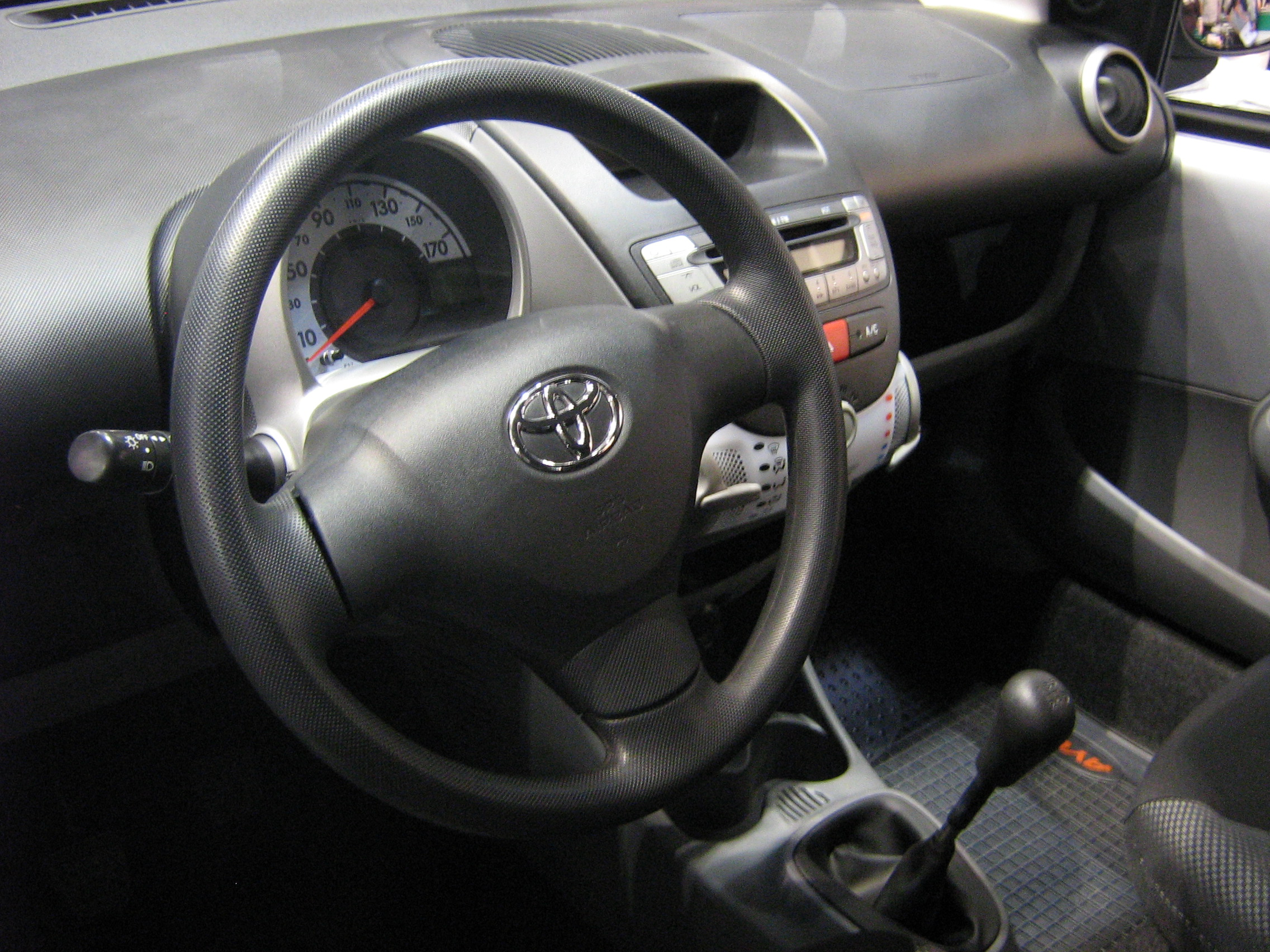 Datei:Toyota Aygo 5D Facelift interior - TTM 2009.jpg – Wikipedia