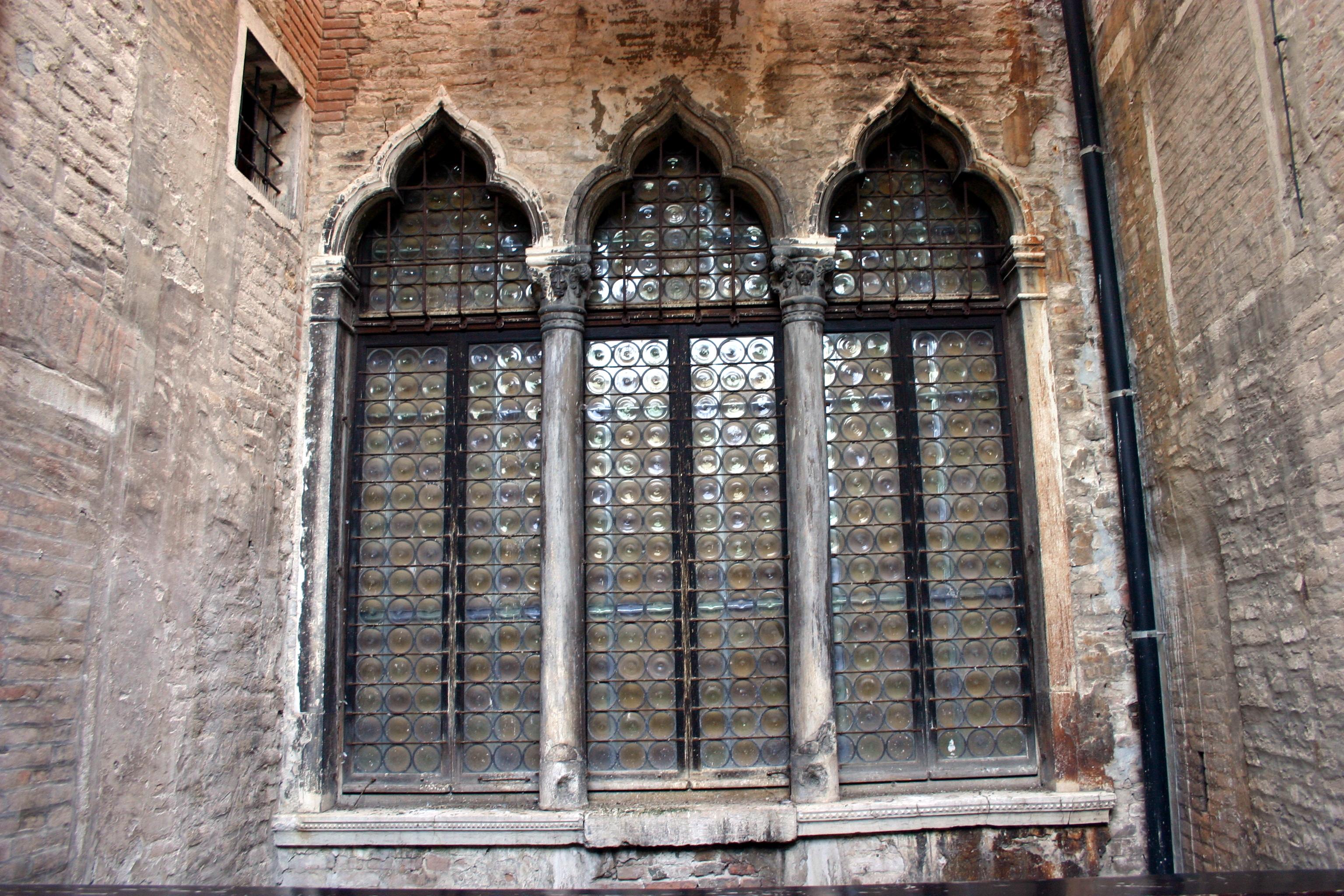 file venezia  palazzo fortuny - trifora gotica