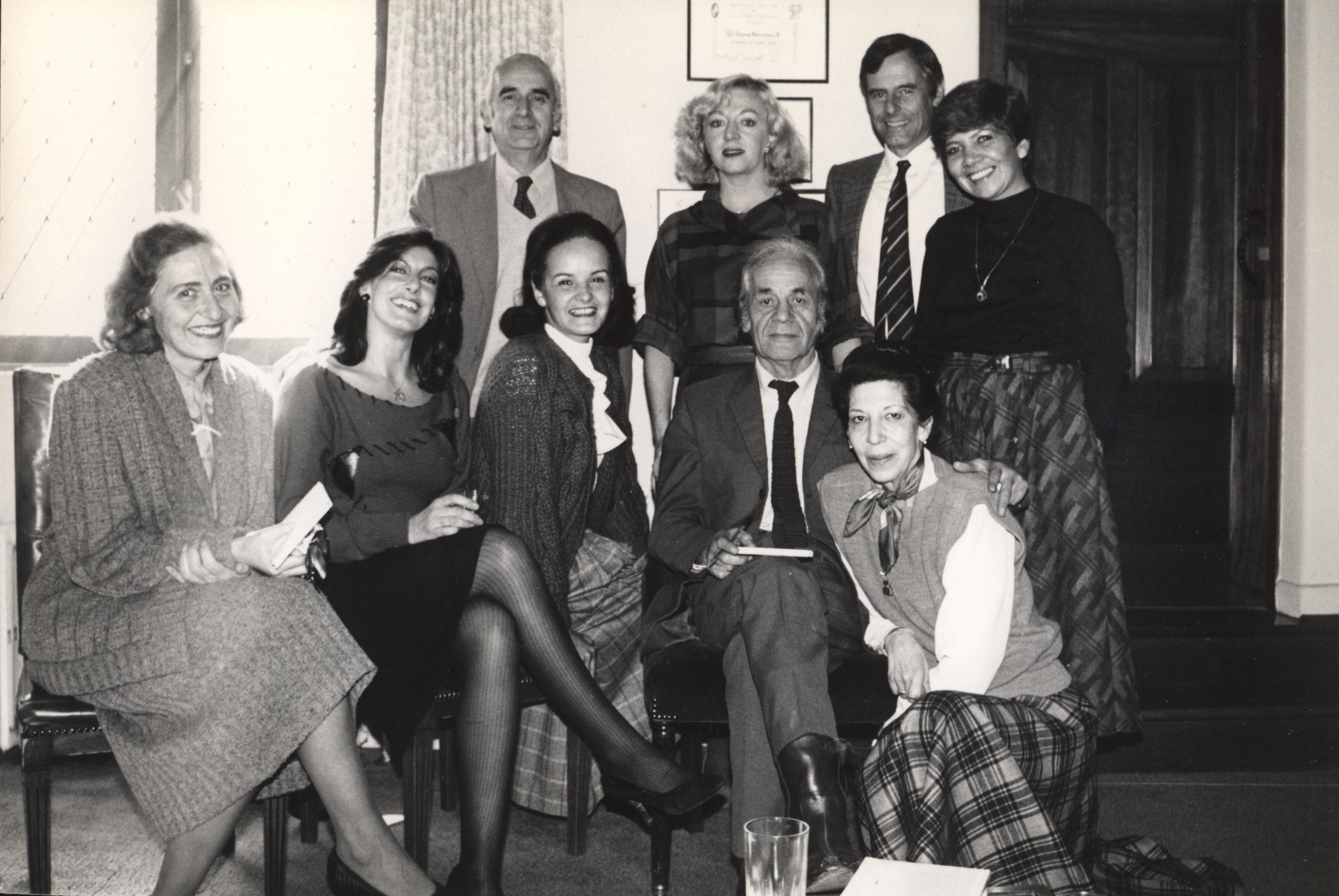Parra (sentado) junto a William Thayer (arriba, al centro) y otras personas.
