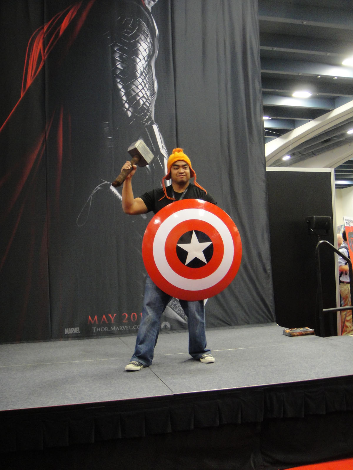 file wondercon 2011 a fan worthy of holding the hammer of thor and