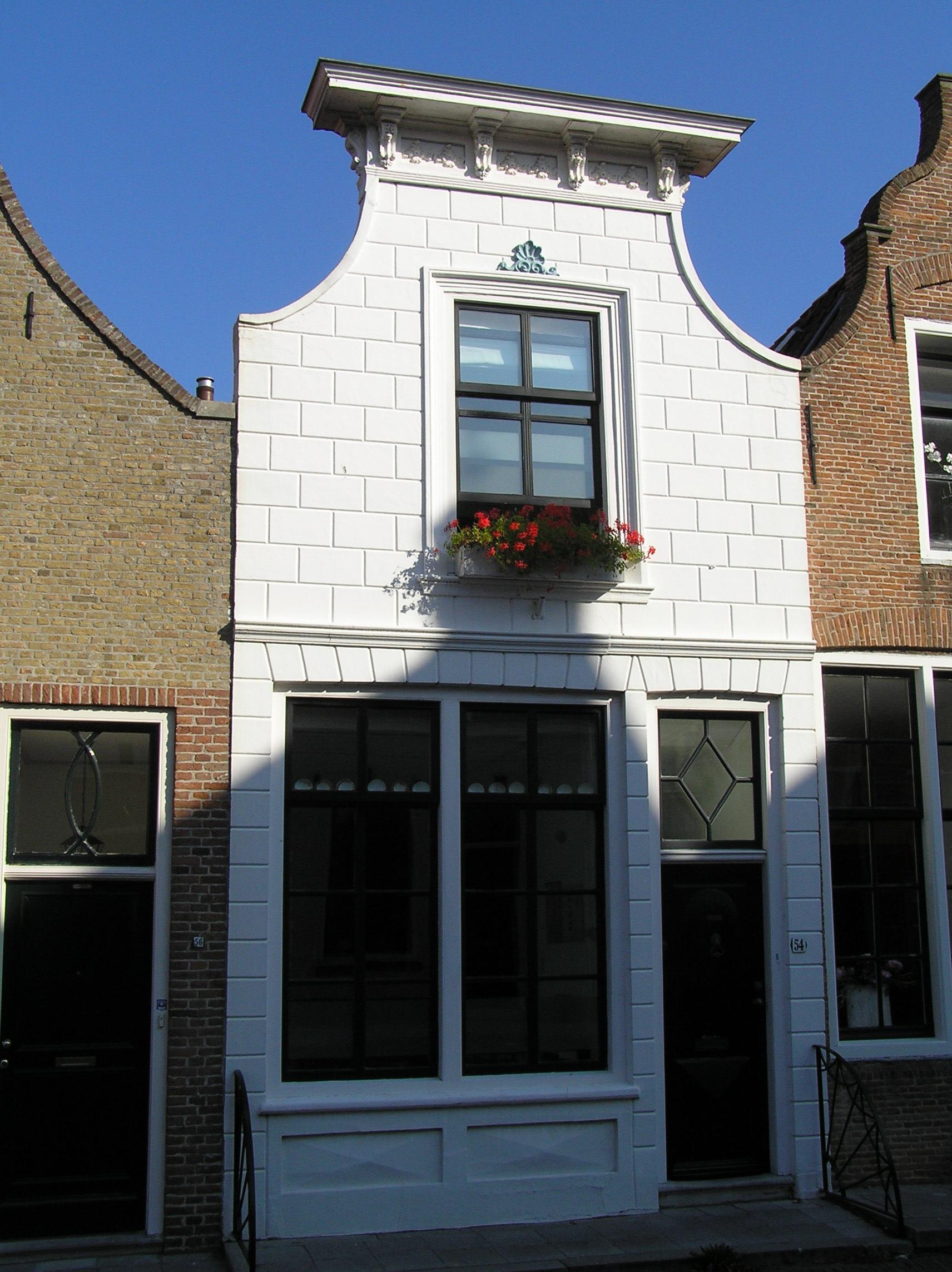 Huis met klokgevel met bepleistering en lijst in zierikzee for Lijst inrichting huis