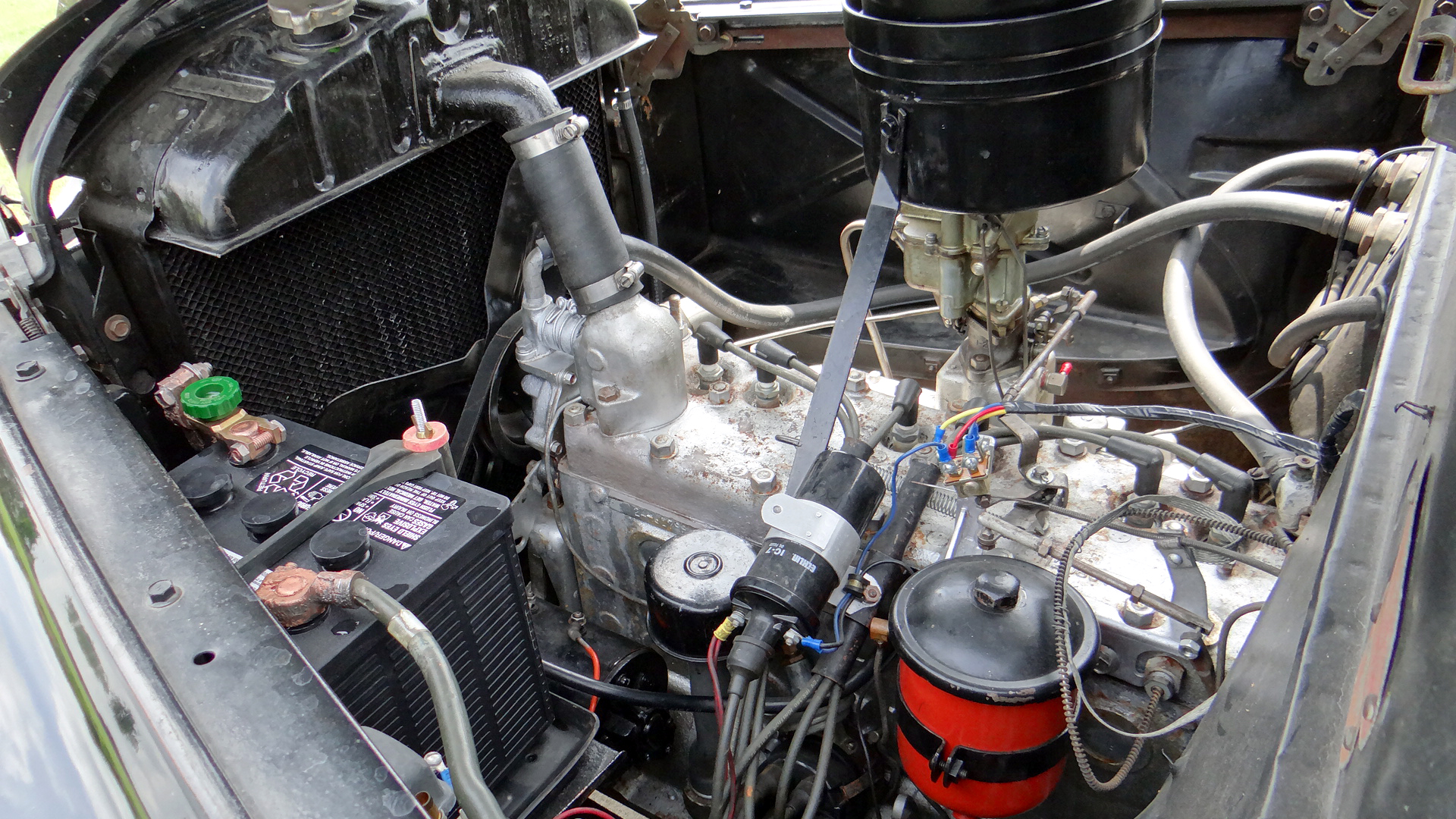 File:1946 Dodge D24C 4-Door Sedan Flathead 6 Cylinder Engine