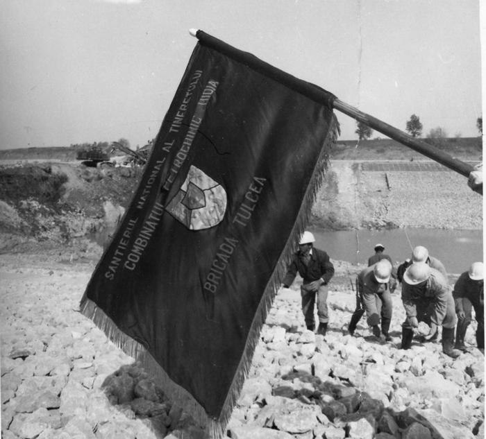 1985. Brigadieri pe santierul canalului Dunare-Bucuresti.jpg