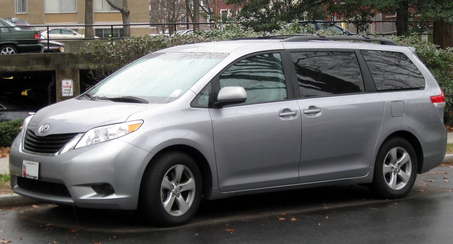 Description 2011-2012 Toyota Sienna LE -- 12-21-2011.jpg