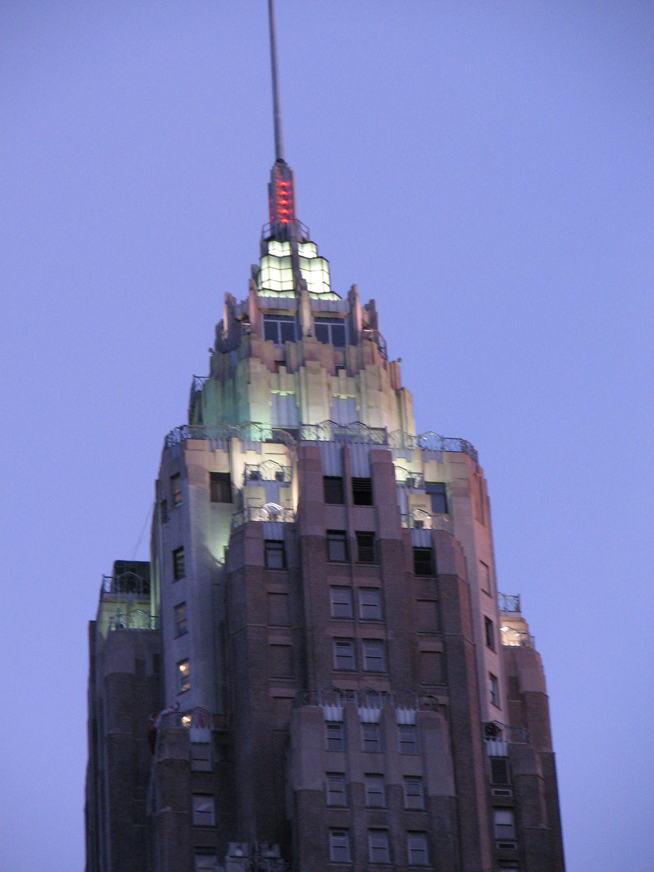 Description aig new york building at dusk