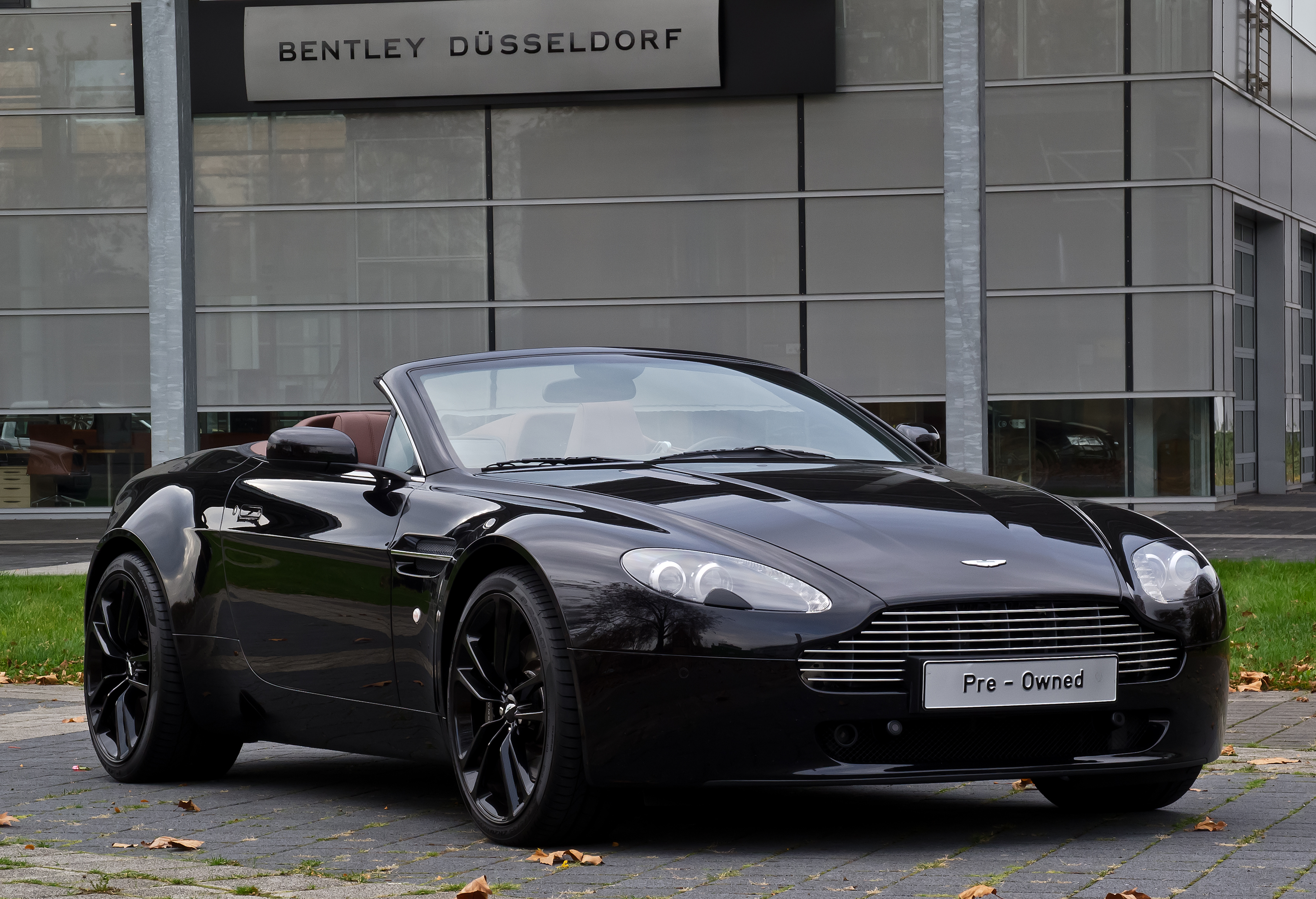 file aston martin v8 vantage roadster facelift frontansicht 1 26 oktober 2012. Black Bedroom Furniture Sets. Home Design Ideas