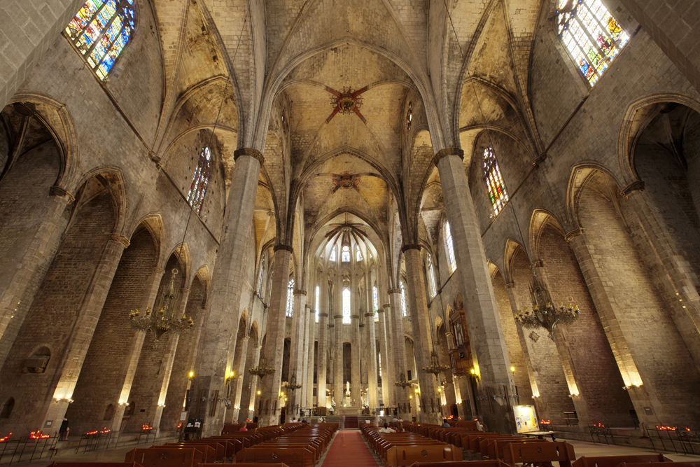 Intérieur de l'église de Santa Maria del Mar de Barcelone dans le quartier de la Ribera. Photo de PMRMaeyaert.