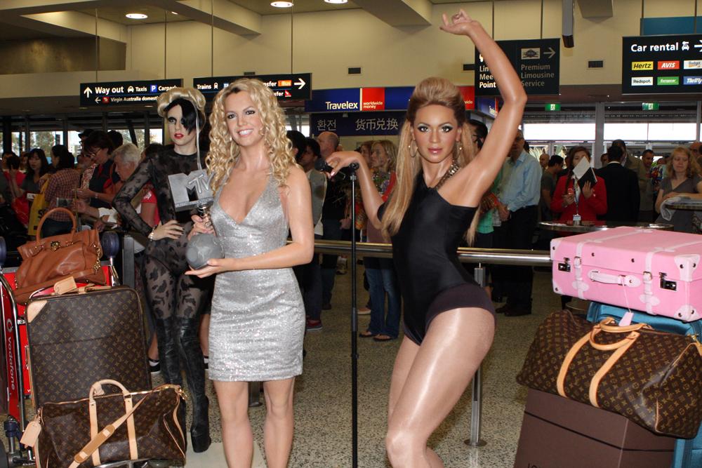 File Britney Spears Rihanna 8514689400 Jpg Wikimedia