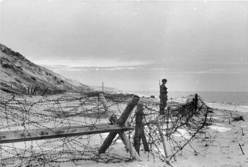 Bundesarchiv Bild 101I-264-1606-03, Atlantikwall, Wachtposten am Strand