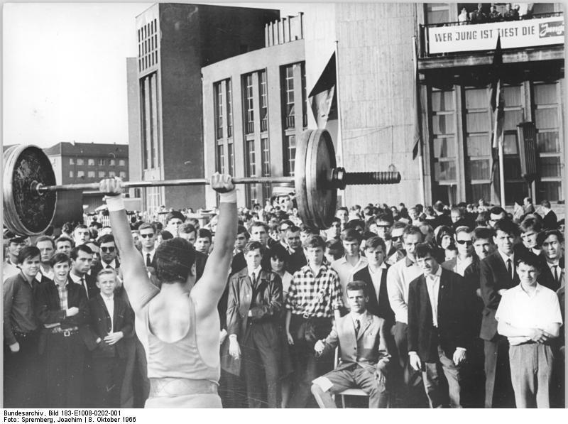 Concours d'haltérophilie devant la Halle aux sports de la Karl Marx Allee de Berlin (1966).