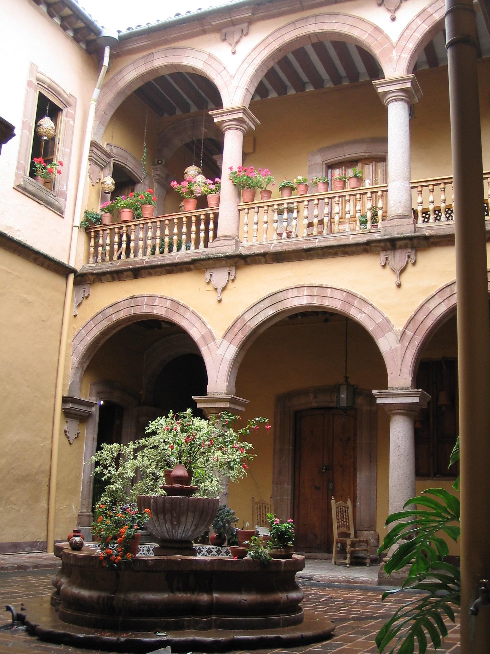 File casa colonial patzcuaro jpg wikimedia commons for Casas coloniales interiores