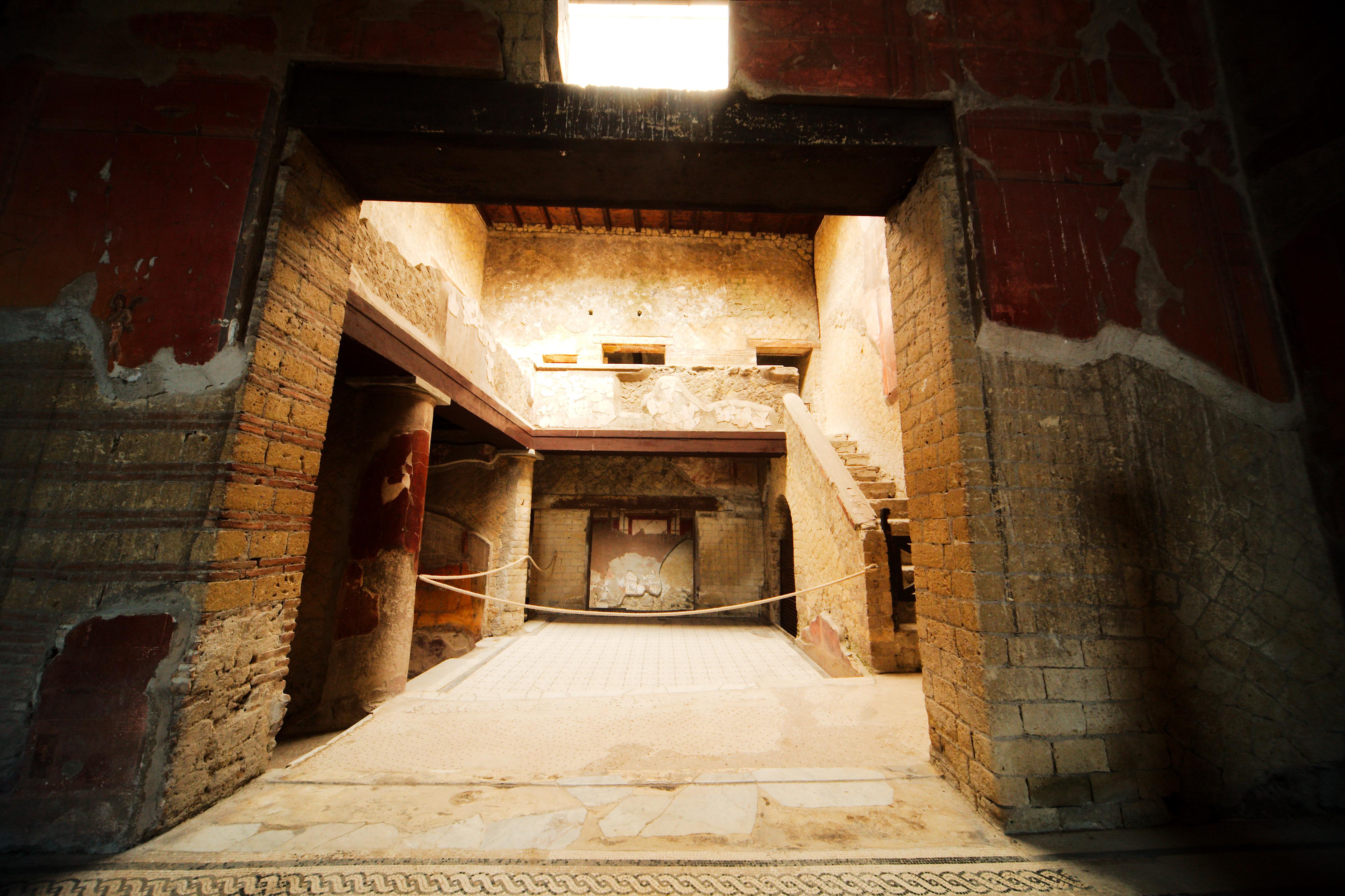 File casa del bel cortile herculaneum wikimedia for Piani casa del cortile