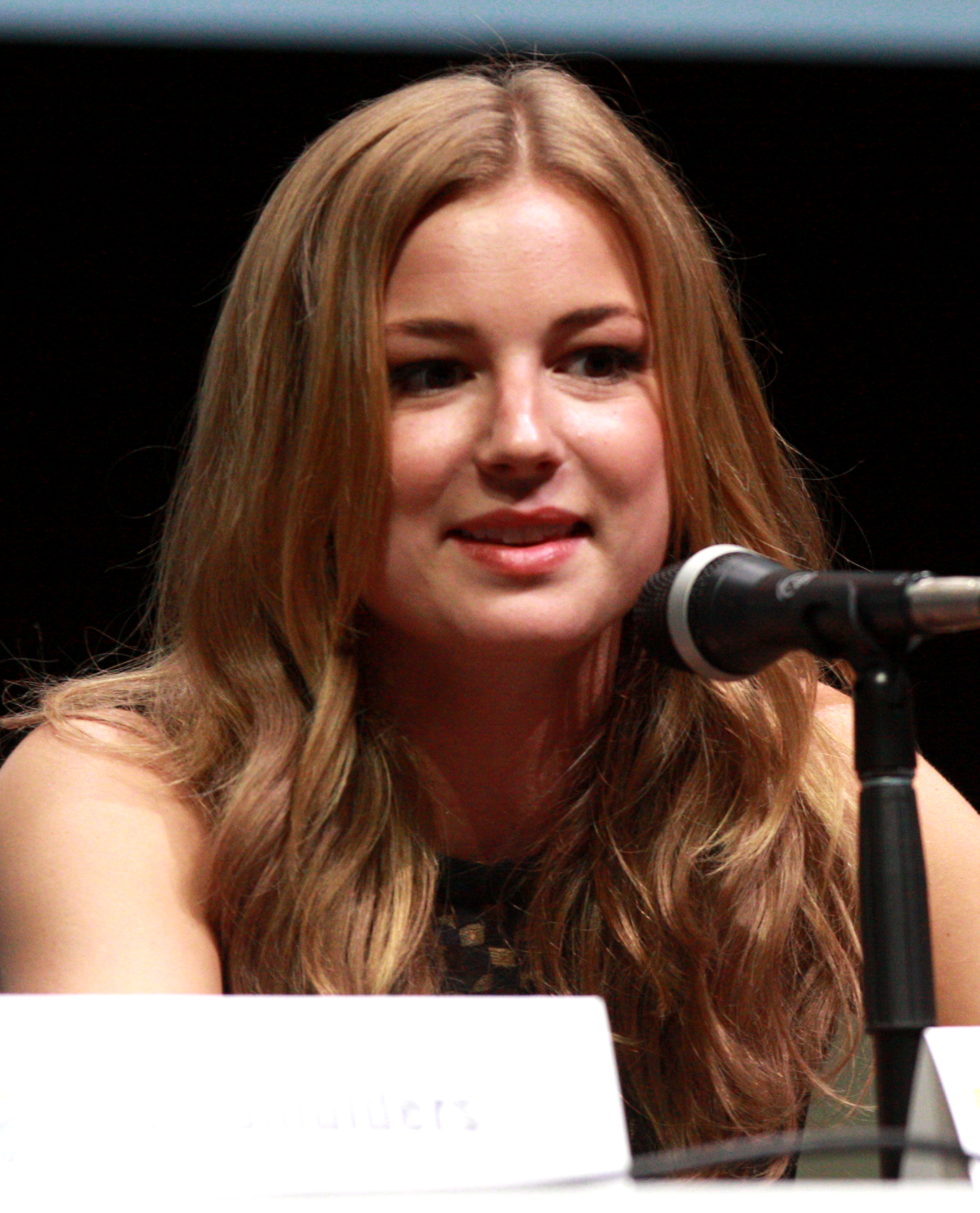 The 31-year old daughter of father Robert VanCamp and mother Peyton VanCamp, 173 cm tall Emily VanCamp in 2018 photo