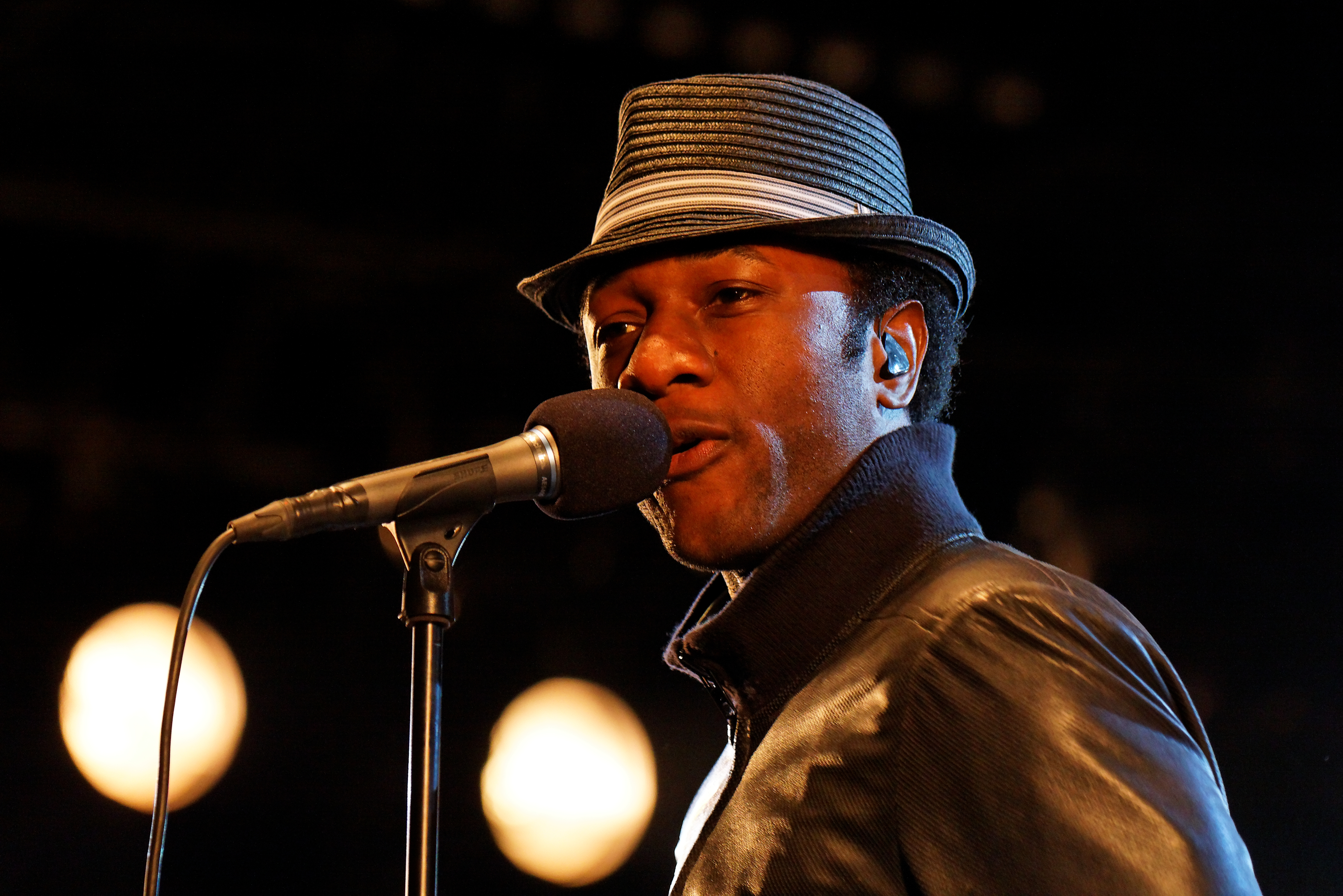http://upload.wikimedia.org/wikipedia/commons/9/99/Festival_du_bout_du_Monde_2011_-_Aloe_Blacc_en_concert_le_6_ao%C3%BBt-_003.jpg