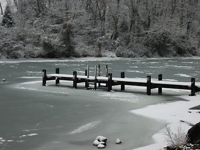 Bestand:Frozen Smith Mountain Lake.jpg