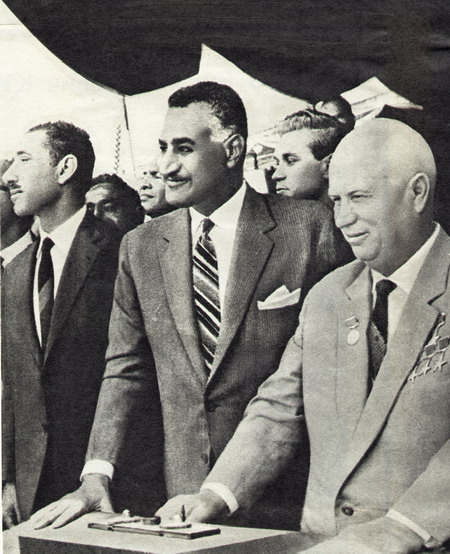 Gamal Abdel Nasser (centro) e Khrushchev em maio de 1964.
